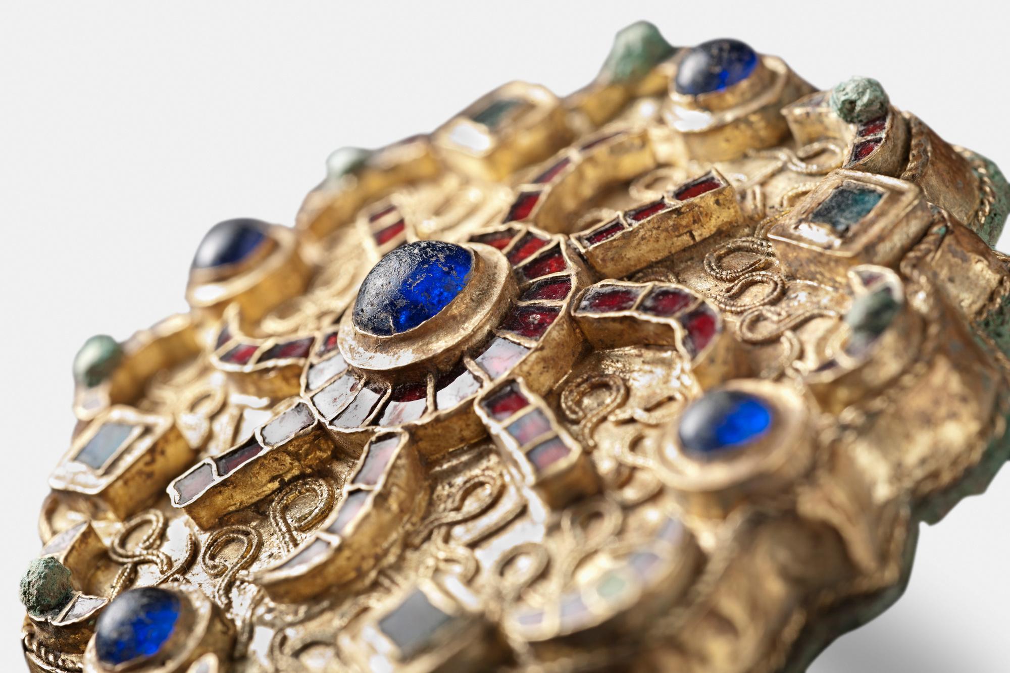 Fibule discoïde avec or, cuivre et argent., R.Gilles (MRM)