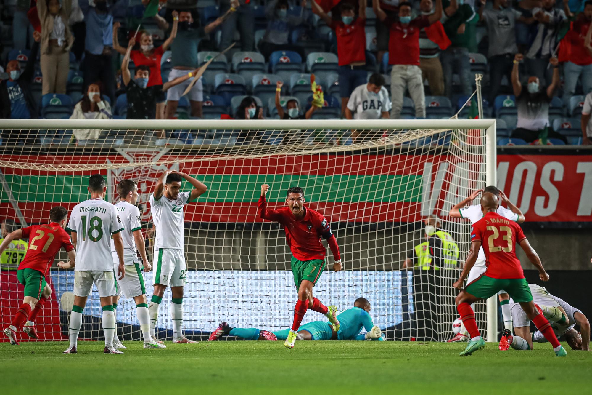 Malgré un pénlaty raté alors qu'on le surnomme parfois Penaldo, CR7 a su réagir en champion pour inscrire les deux buts qui ont permis au Portugal de renverser l'Irlande., belga