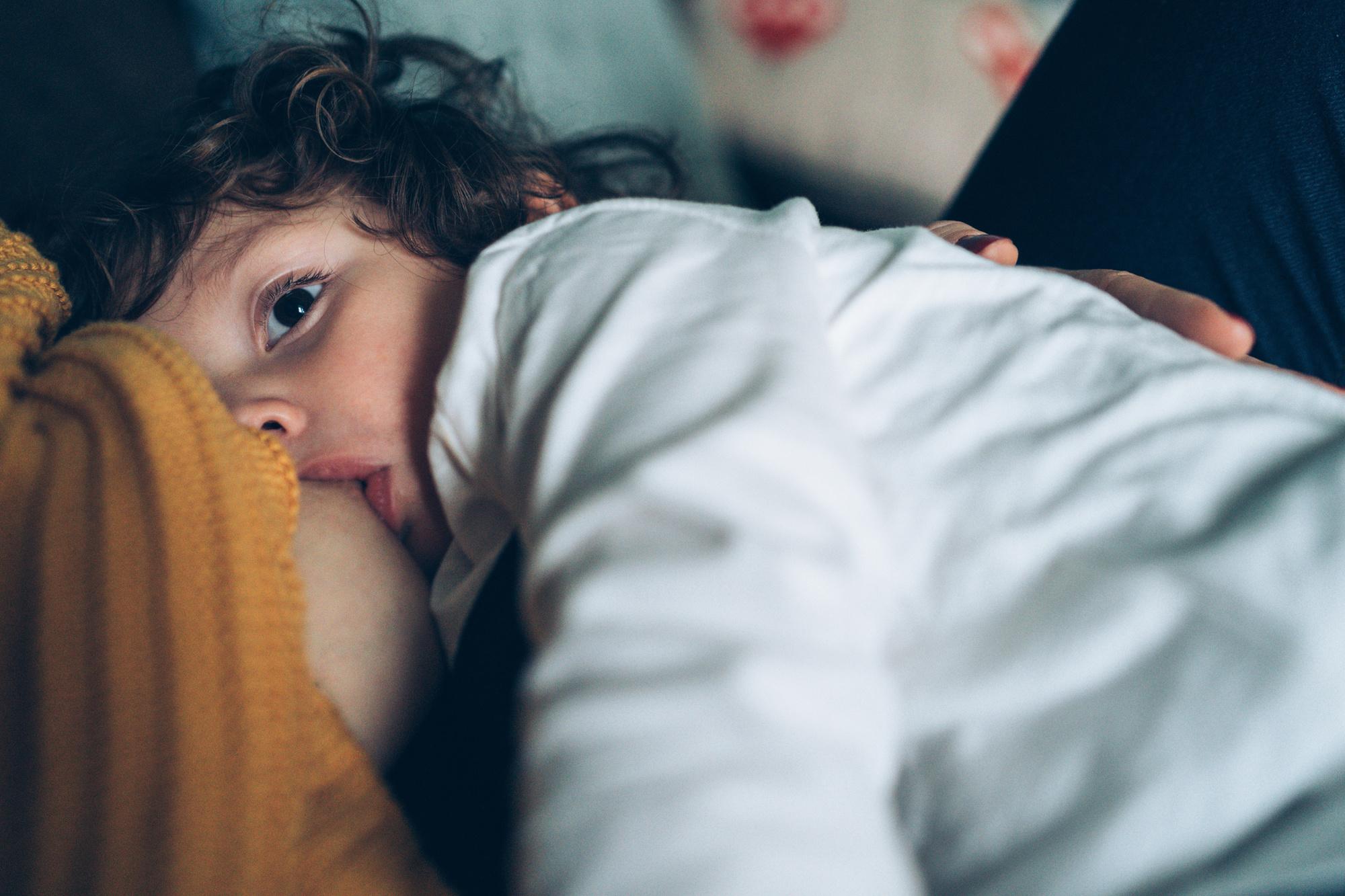 De aanbeveling van de WHO: minstens twee jaar borstvoeding geven, daarna zolang doorgaan als moeder en kind willen. , Getty