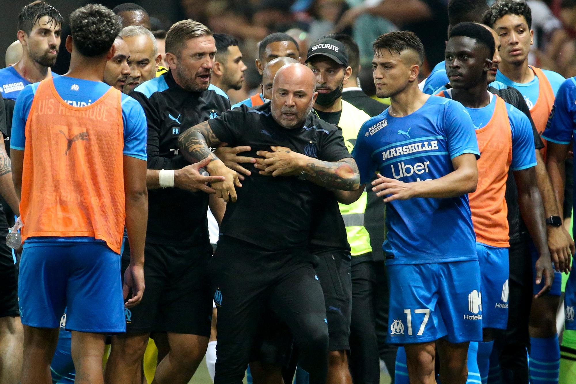 Ook bij binnengaan moest Marseillecoach Jorge Sampaoli nog tot de orde worden geroepen., GETTY