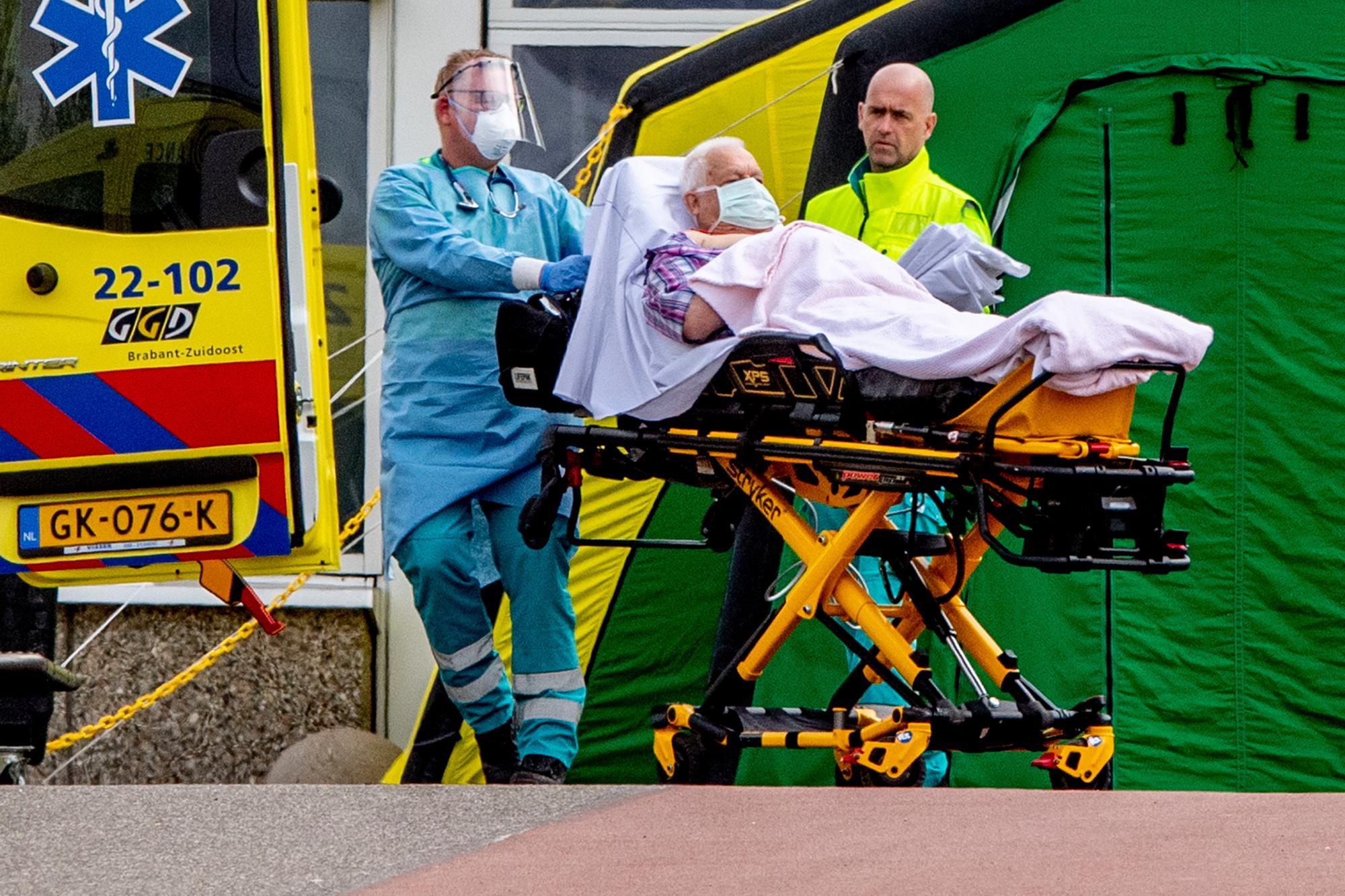 Coronapatiënten worden verplaatst bij het Catharina Ziekenhuis in Eindhoven bij een triagetent., belga