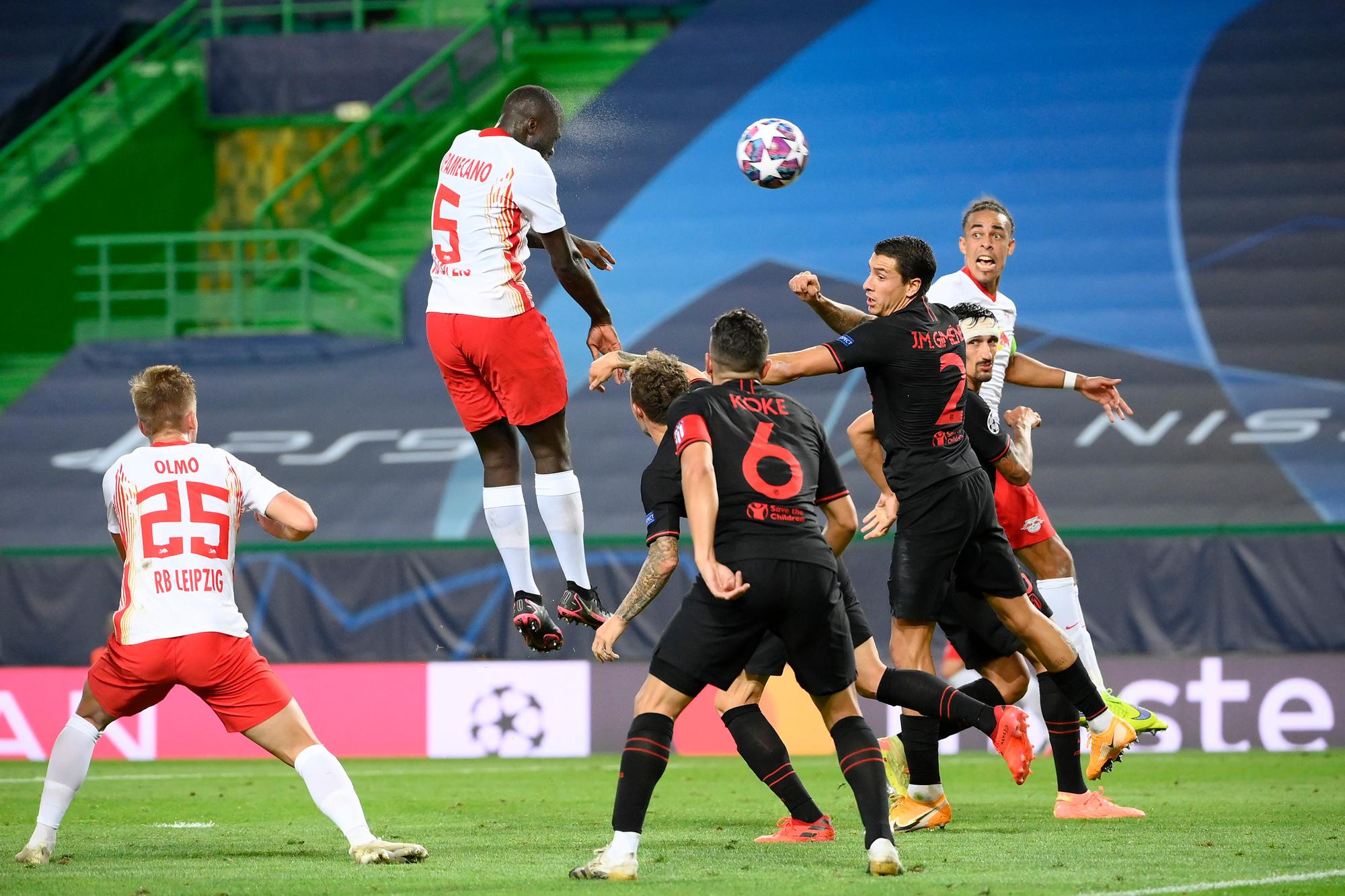 De Atléticospelers komen zelfs niet in de buurt als Upamecano springt., GETTY