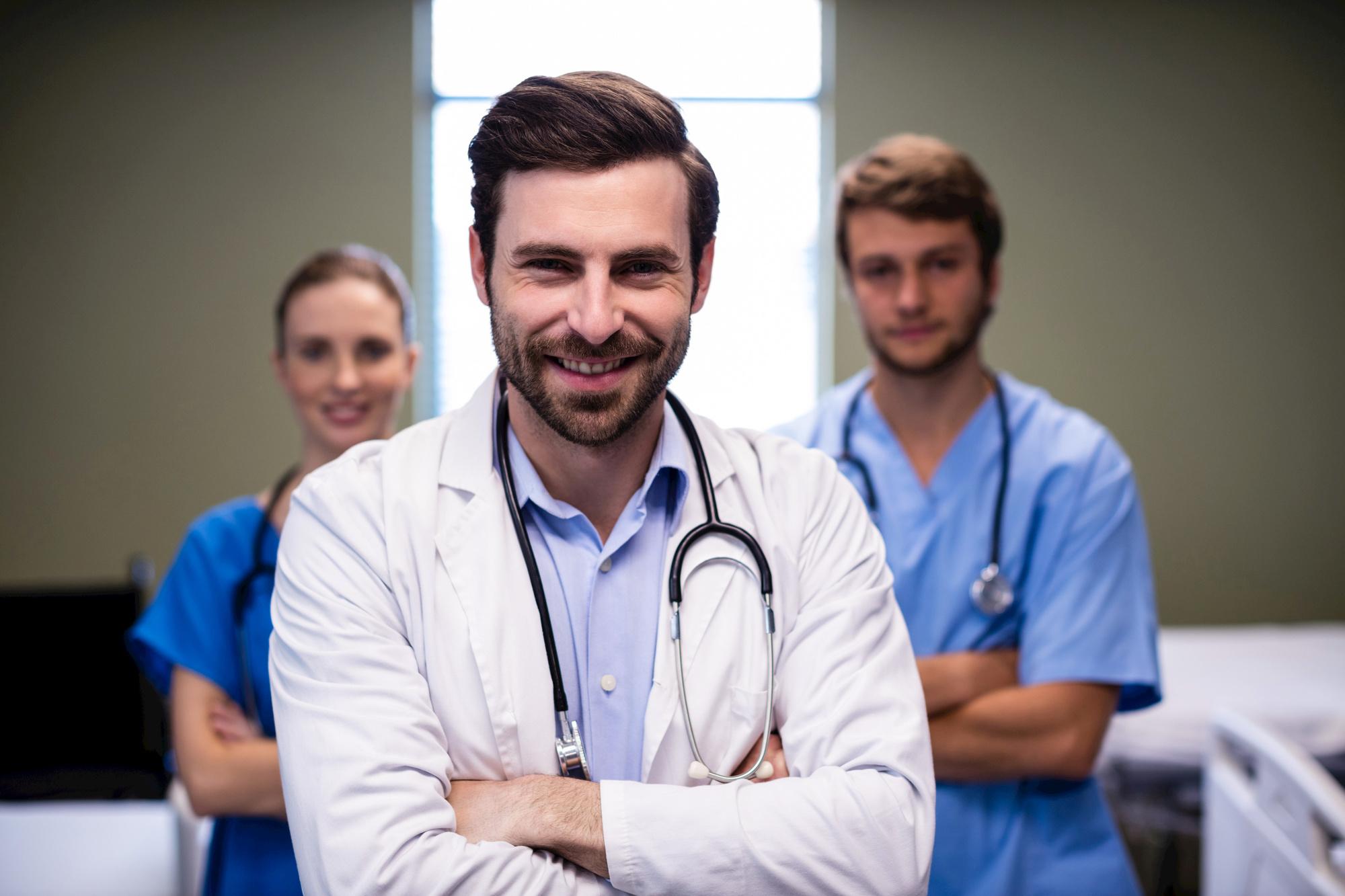 Heel veel profielfoto's van dokters in de klasieke, witte doktersjas op Instagram en Facebook, stelt prof. Lode Godderis vast., Belga