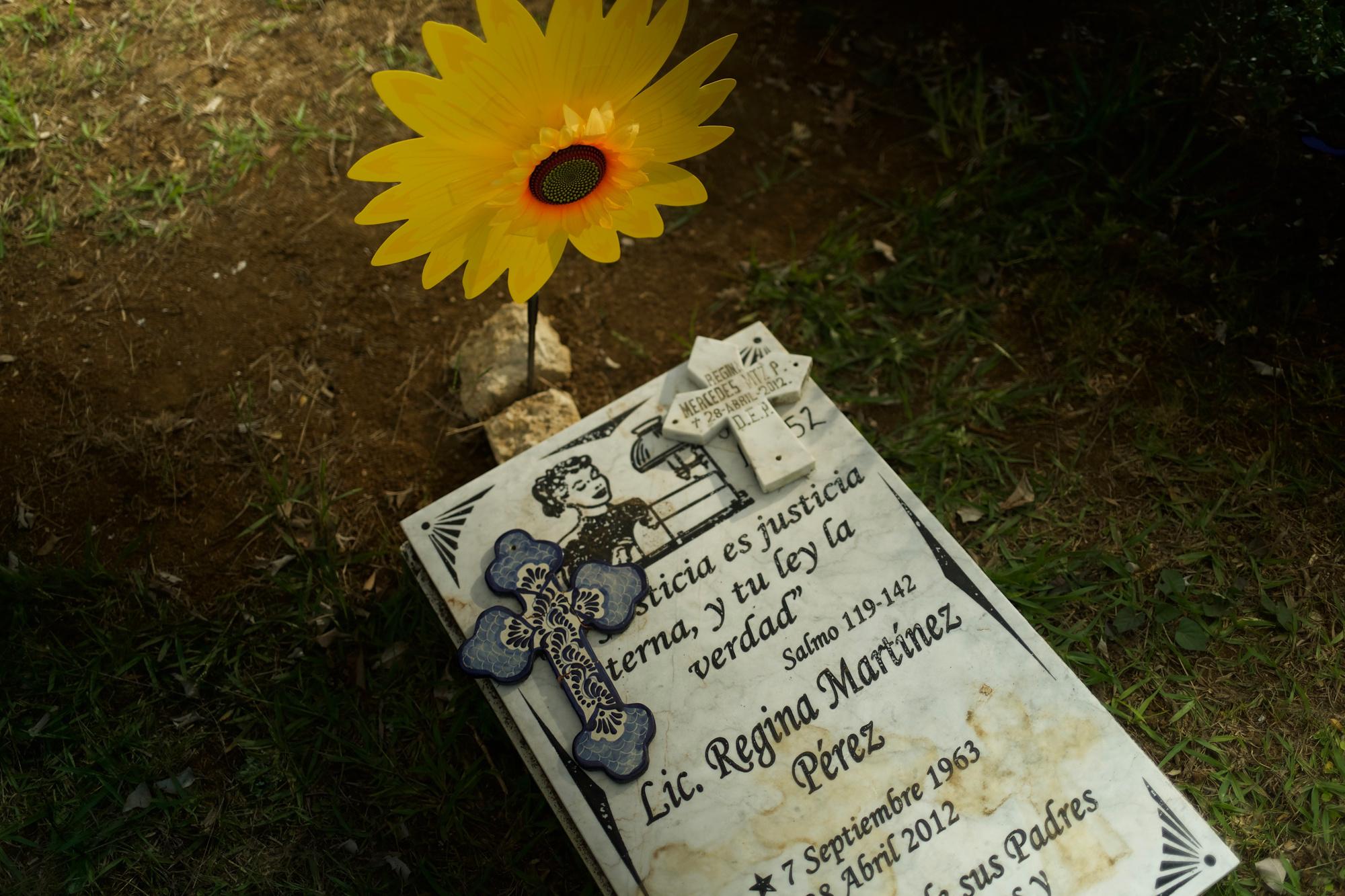 Het graf van de Mexicaanse journaliste Regina Martínez in Xalapa (Veracruz)., Forbidden Stories