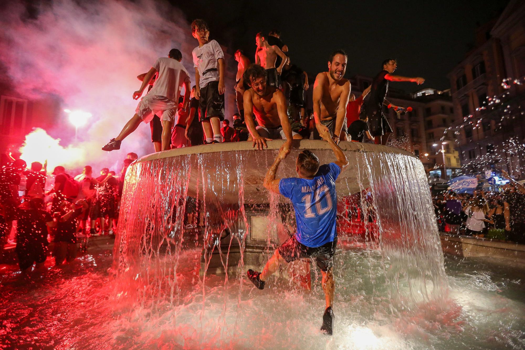 Na de bekerwinst barstte er een groot volksfeest uit in de straten van Napels, GETTY
