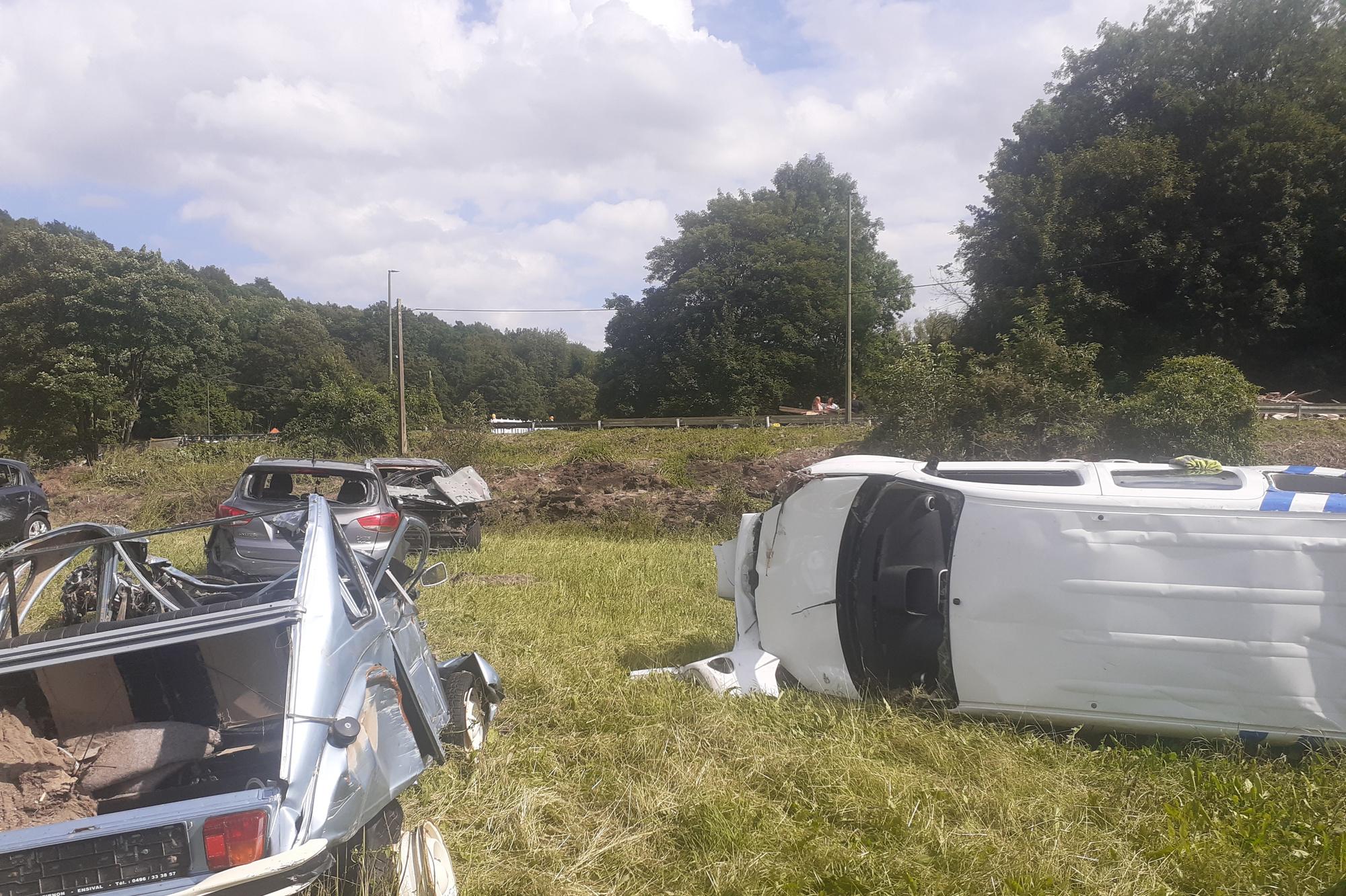 Goffotaine, un champ le long de la route et à proximité du pont affaissé, enjambant la Vesdre: une dizaine de carcasses de voitures détruites par la furie des eaux !, DSS