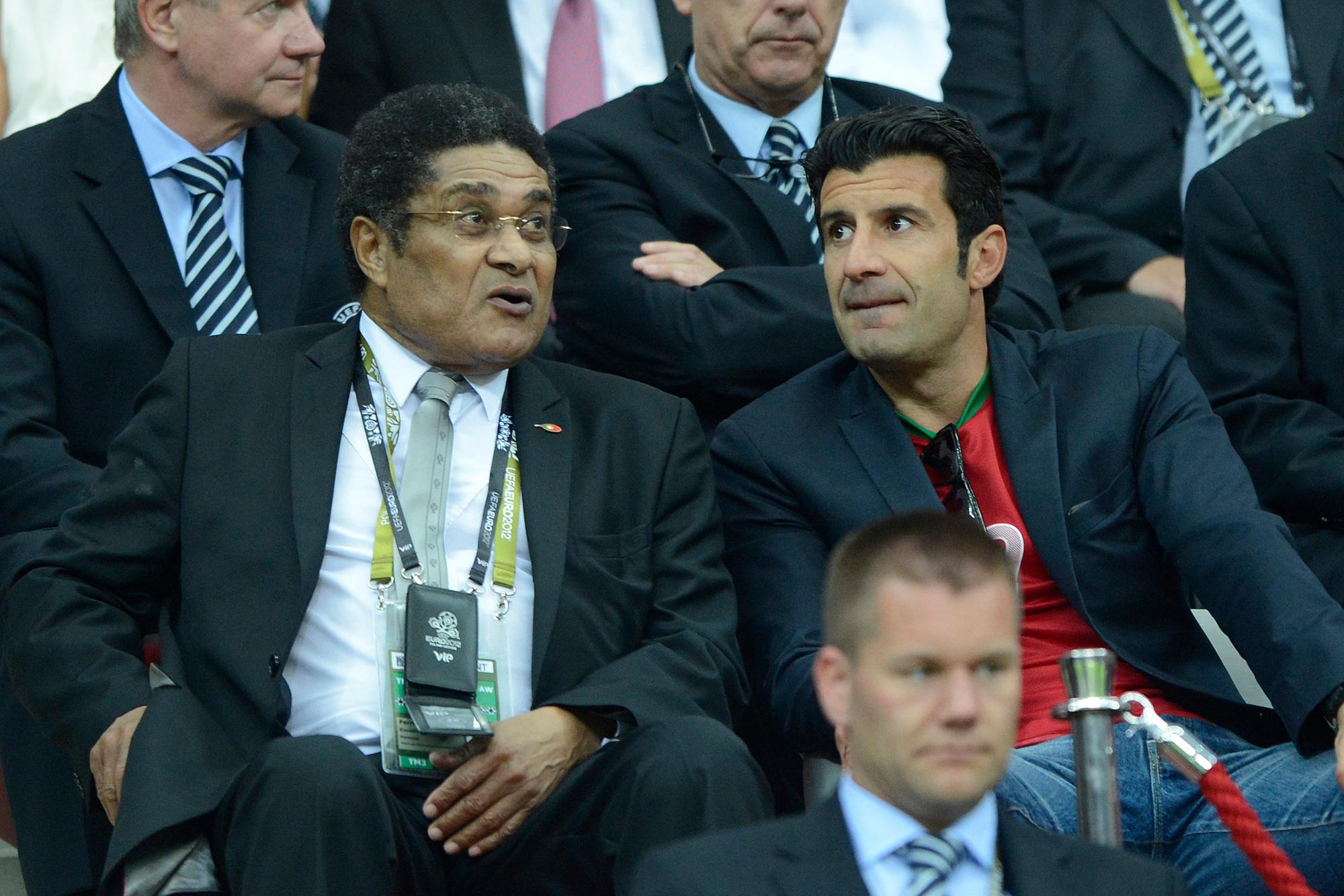 Eusebio (l) met die andere Portugese voetbalster Luis Figo (r), Belga Image