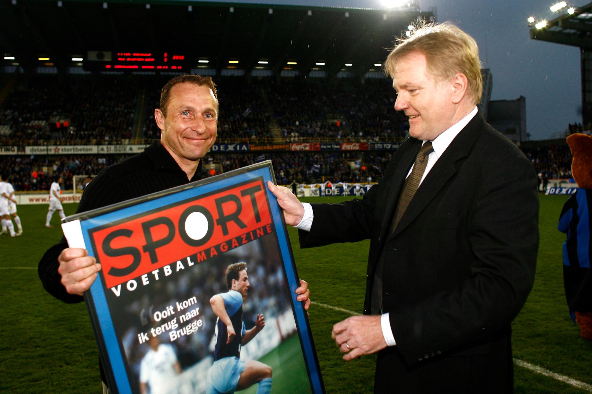 En 2008, notre rédacteur en chef Jacques Sys remet à Papin la couverture du magazine le désignant comme le meilleur étranger de l'histoire du Club., belga