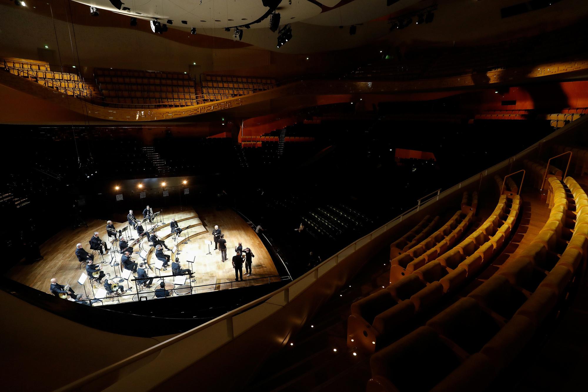 Des musiciens de l'Orchestre de Paris se produisent dans la salle 'Pierre Boulez' vide de la Philharmonie de Paris, lors d'une répétition avant un concert diffusé en direct sur la chaîne de télévision franco-allemande 'Arte' et sur Internet, le 27 mai 2020., belga