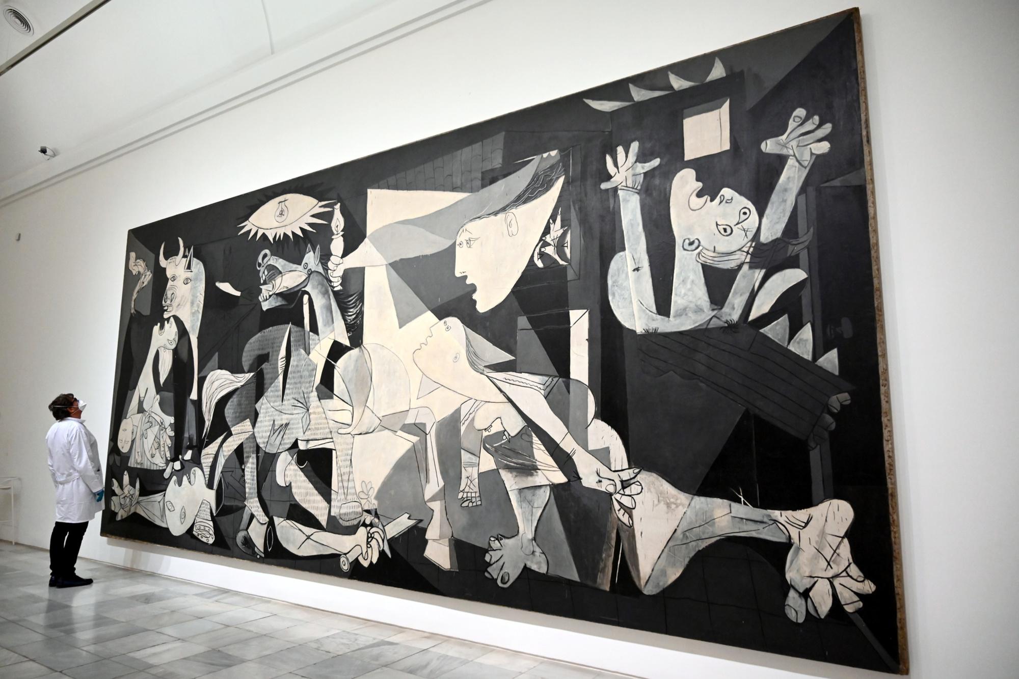 """Jorge García Gómez-Tejedor, restaurateur en chef du Musée, en inspectant le """"Guernica"""" de Picasso, belga"""