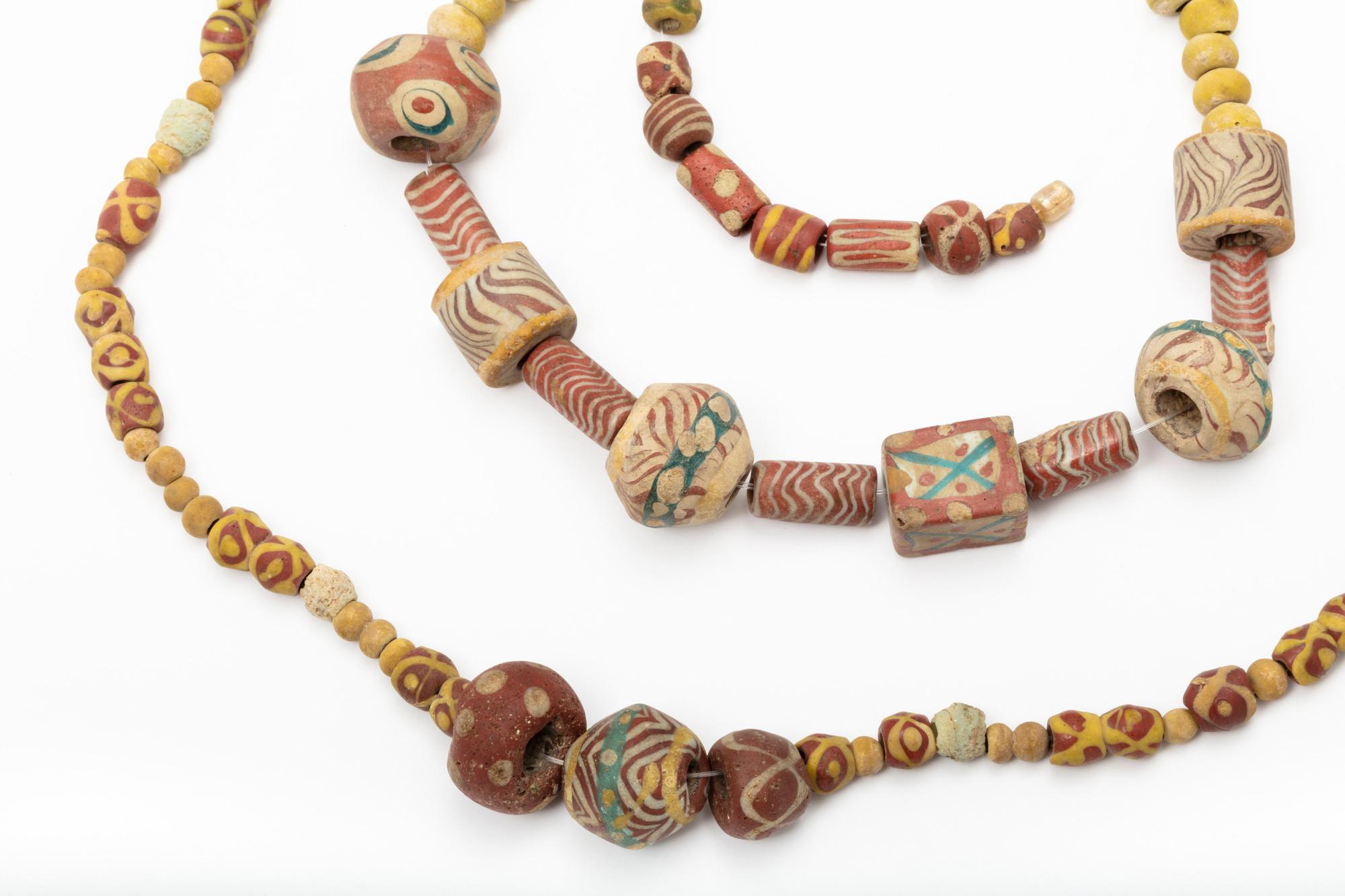 Colliers en ambre, verre et matière osseuse., B. Felgenhauer (MRM)
