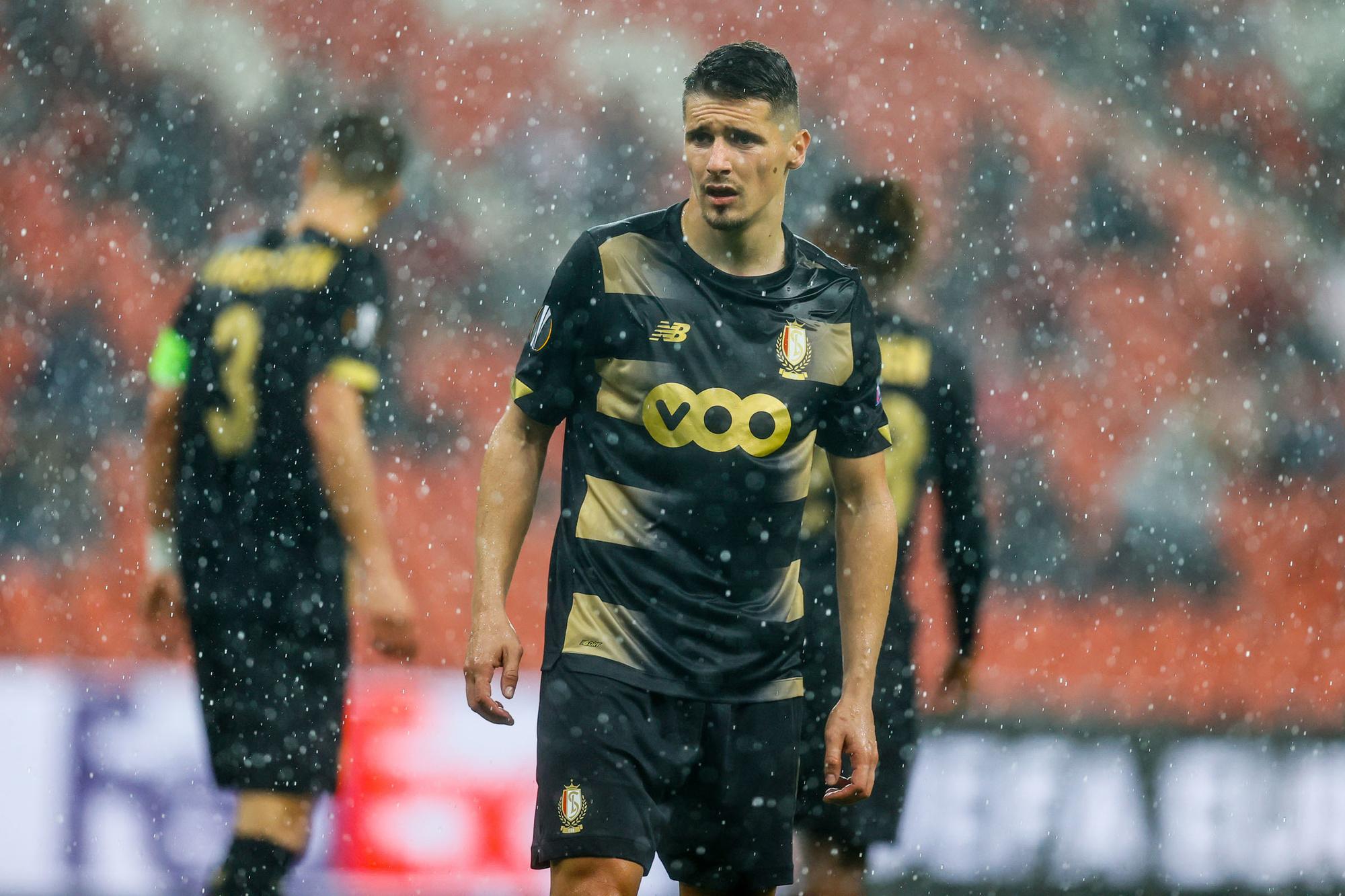 Standard kwam niet meer aan voetballen toe in een uitgeregende wedstrijd, Belga Image