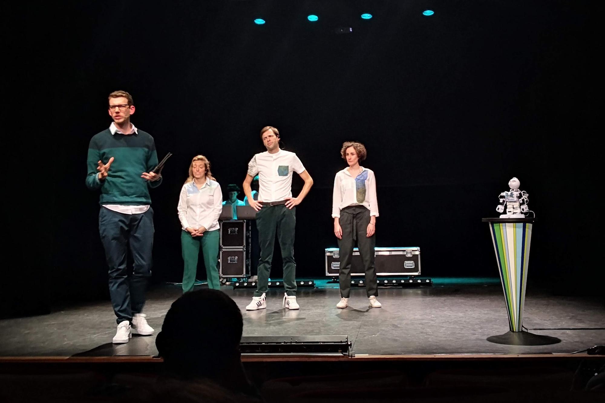 'Deze voorstelling draait rond technologie. Dus diep ademhalen... en verlaag uw verwachtingen.' Improbotics zet een robot op het podium., EB