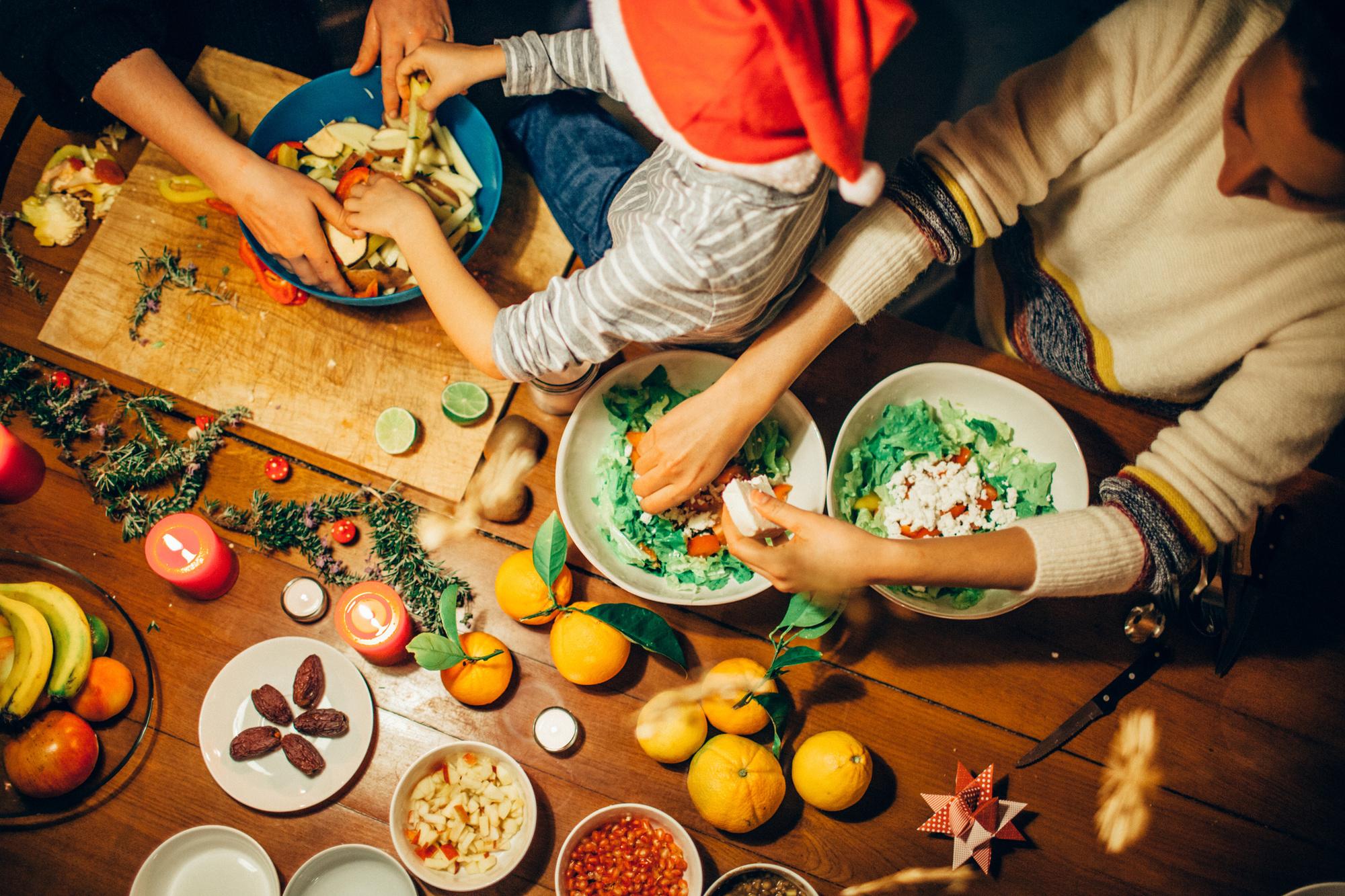 Niet zeker of je genoeg zal hebben van je salade? Bereid dan al alle ingrediënten voor en zat ze in afzonderlijke bakjes klaar in de koelkast. Als je eerste lading opraakt, kan je dan snel alles samengooien zonder dat de boel wak wordt. Toch niet nodig? Dan kan je de afzonderlijke ingrediënten gemakkelijk in andere gerechten verwerken de komende dagen., Getty