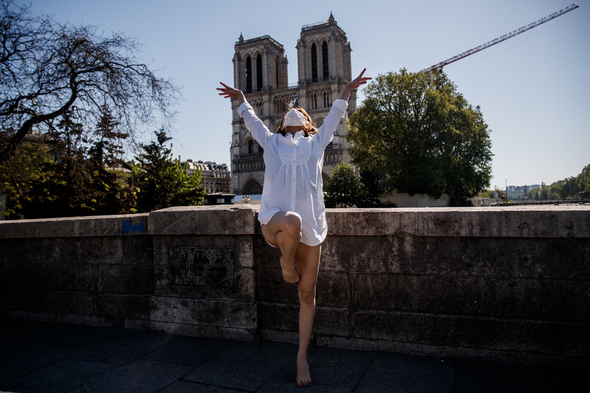 Yara al-Hasbani devant Notre-Dame de Paris, belga