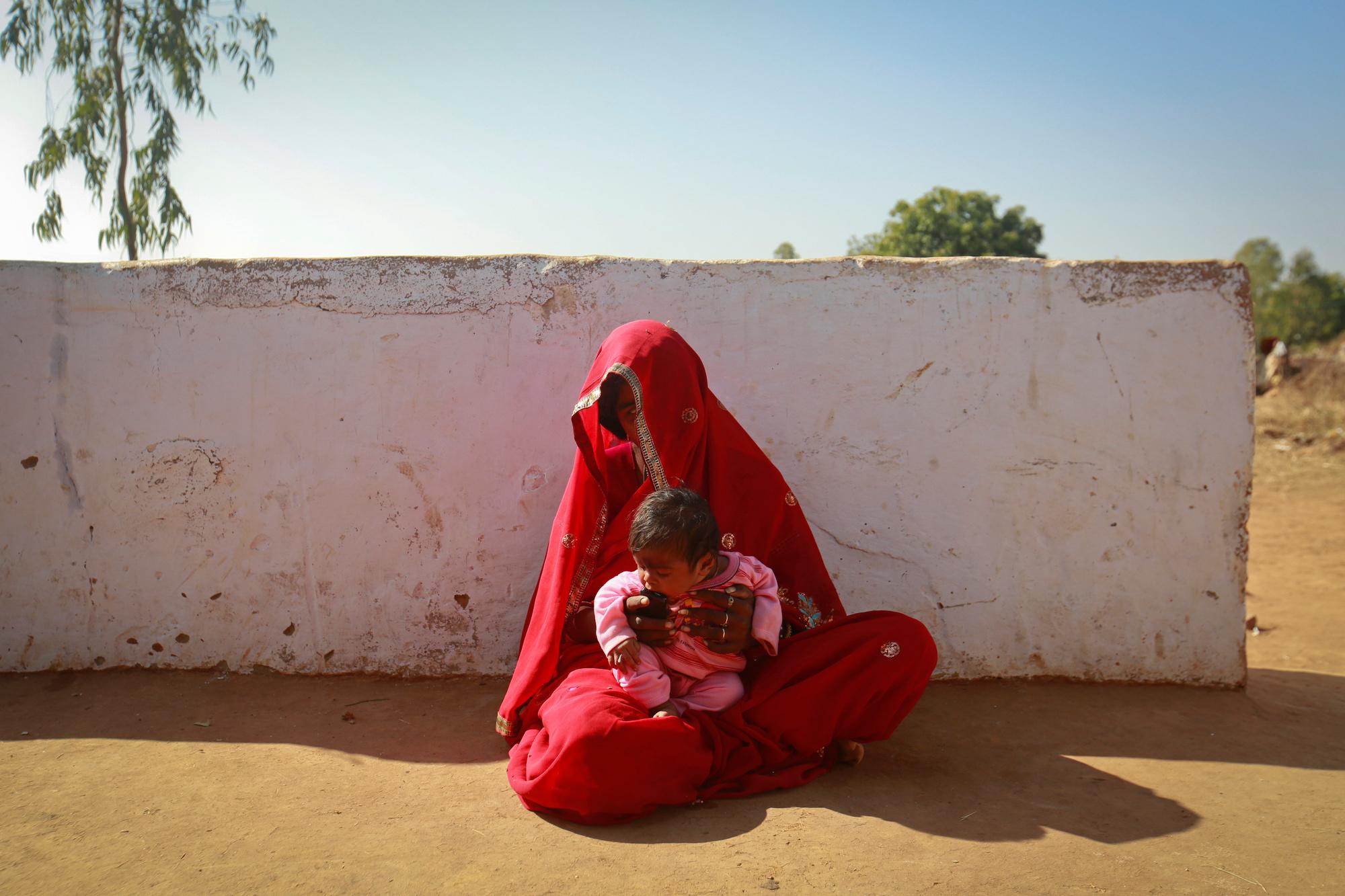 Krishna (14) met haar vier maanden oude zoon Alok. De wettelijke leeftijd om te mogen trouwen in India is 18 jaar, maar vooral in rurale gebieden wordt vaak niet zo lang gewacht., Reuters