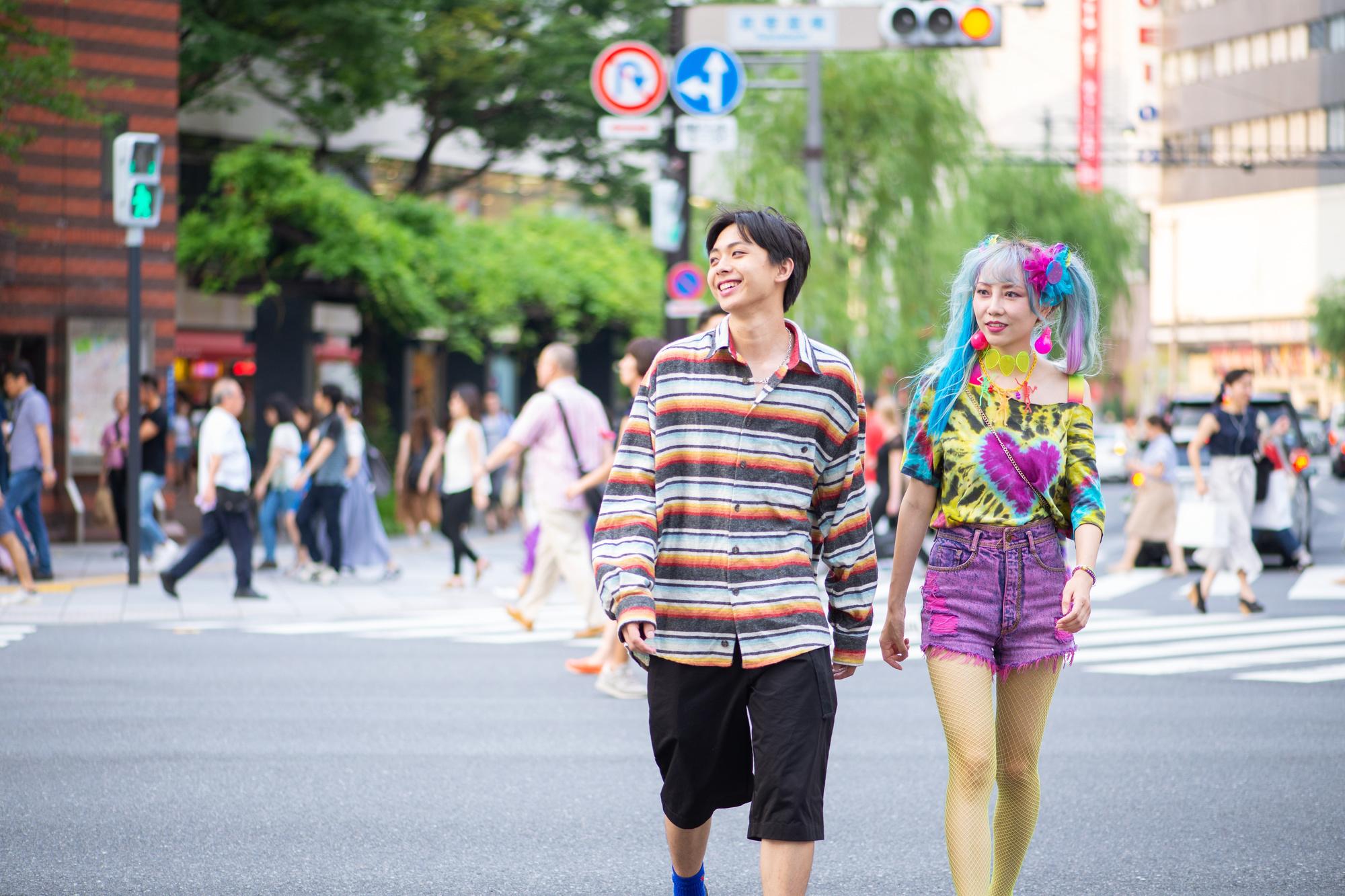Dit kleurrijke koppel zou bij ons op straat nogal wat aandacht trekken. In Japan zijn dit soort outfits de normaalste zaak van de wereld., Getty Images