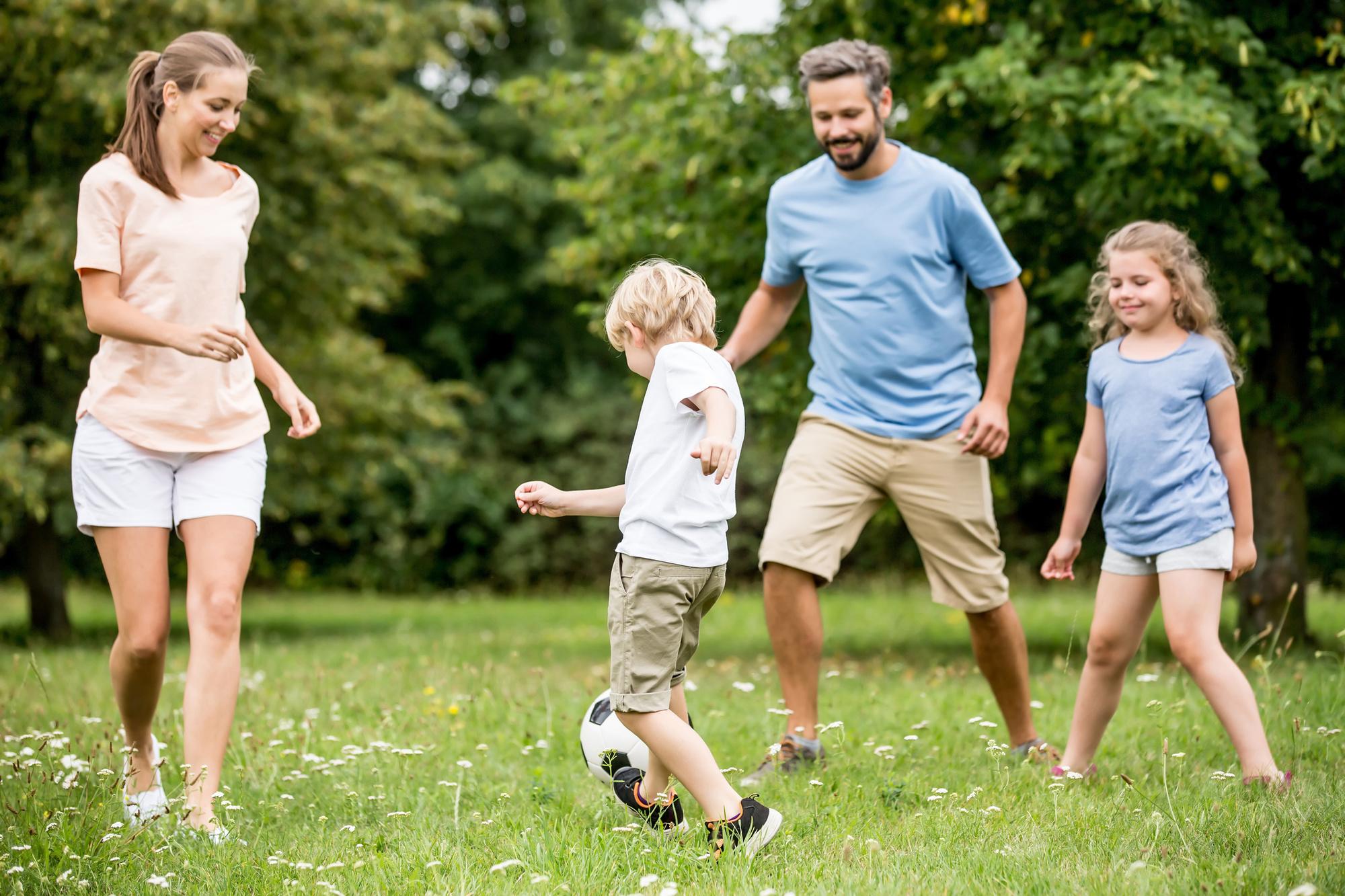 'Een tuin leent zich perfect om te voetballen met het hele gezin', iStock