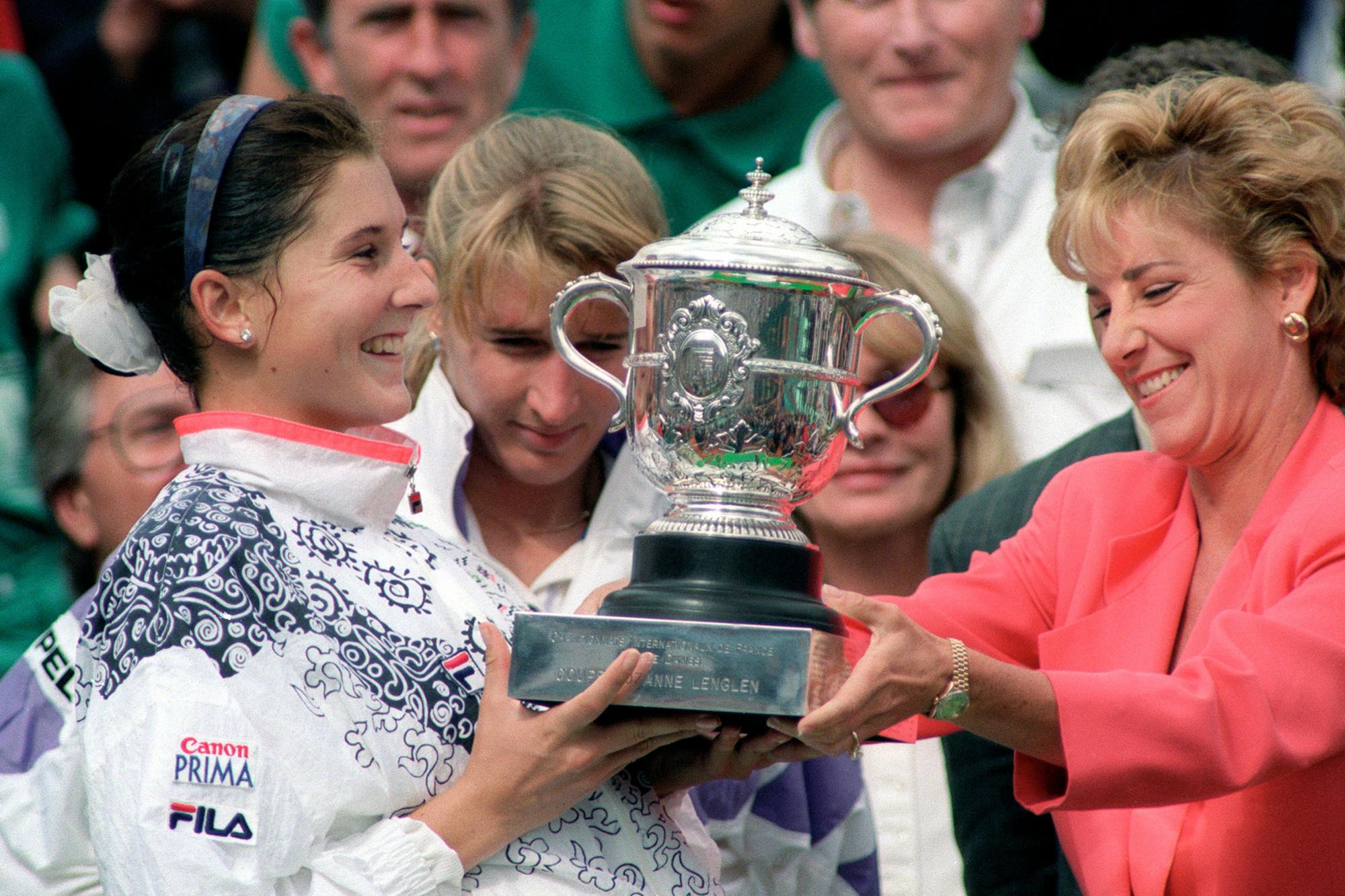 Monica Seles lors de la remise du trophée de Roland-Garros, en 1992., belga