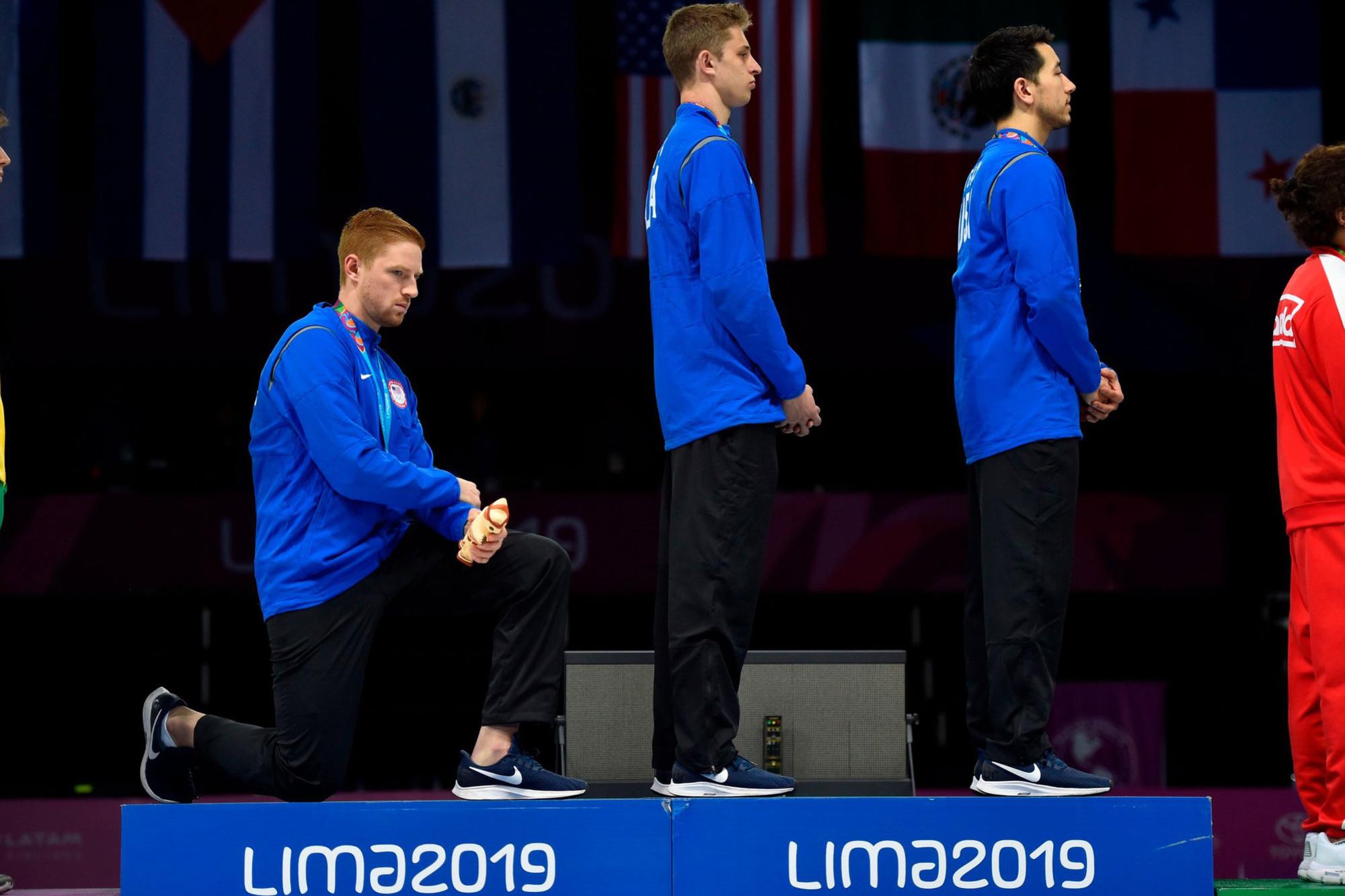 Race Imboden knielde tijdens de podiumceremonie tijdens de Panamerikaanse Spelen in augustus 2019., GETTY