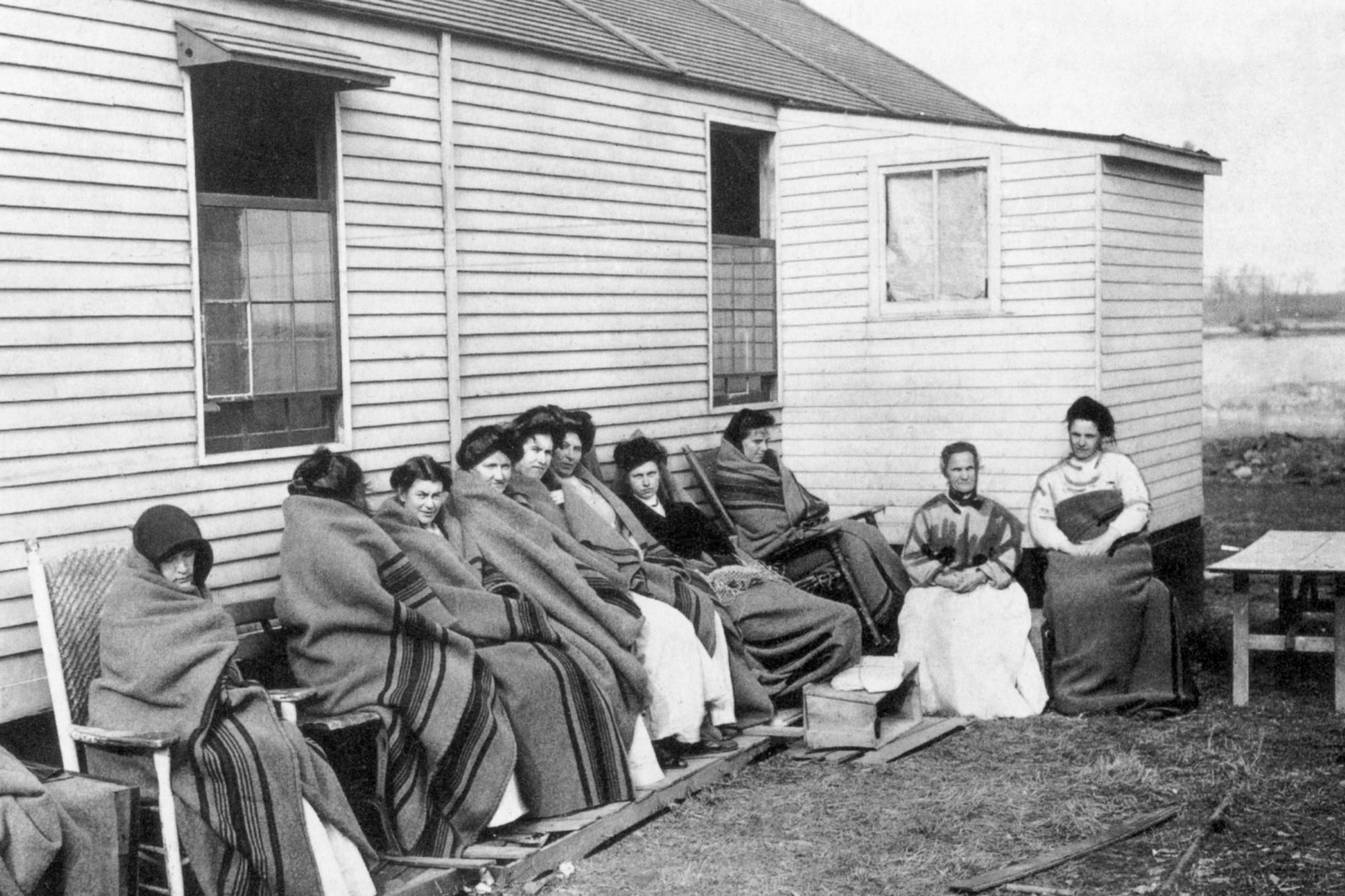 Mary Mallon (1869 - 1938), bekend bekend als Typhoid Mary (vierde van rechts) tussen een groep vrouwelijke gevangenen in quarantaine., belga