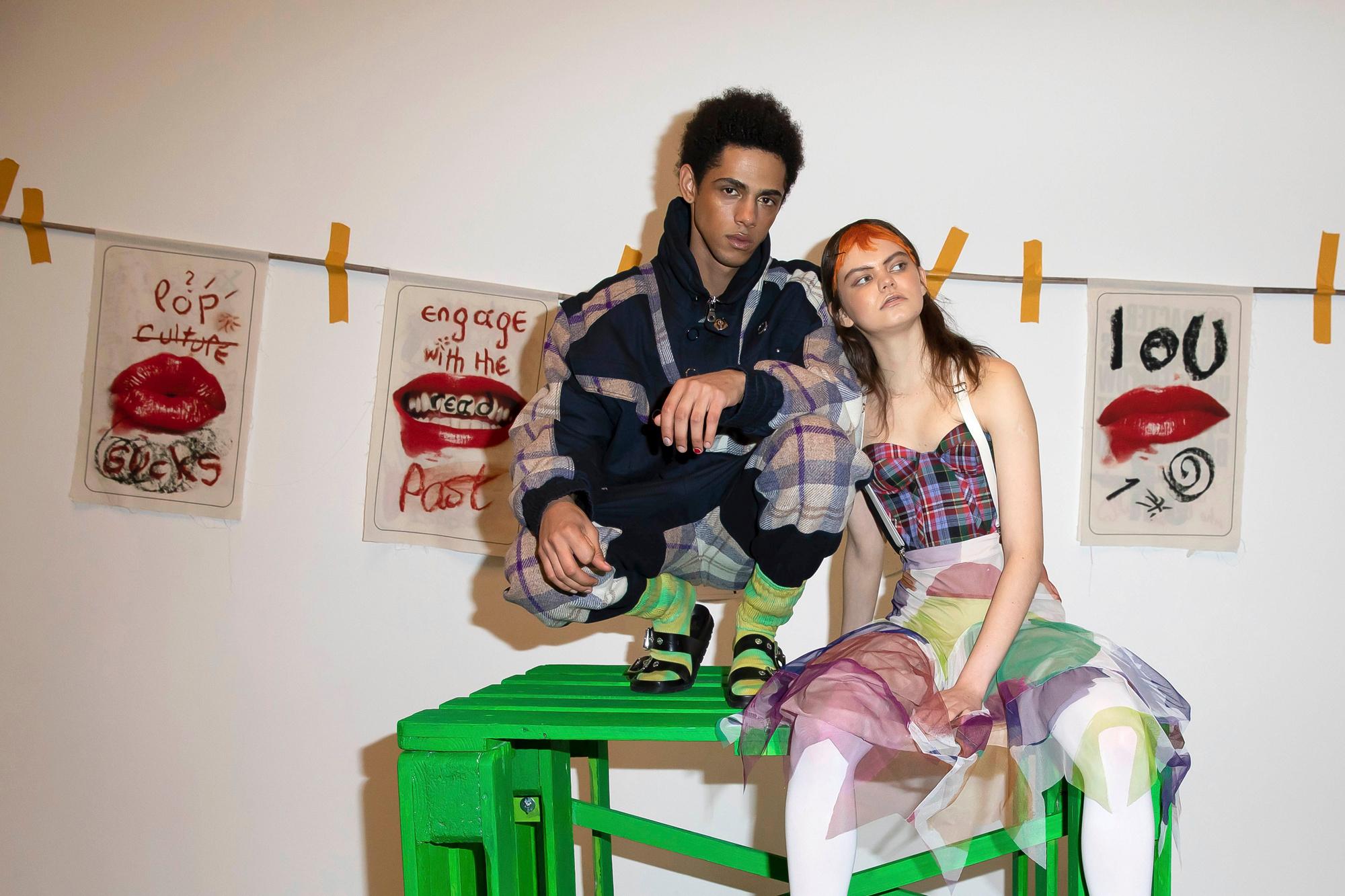 Enkele modellen tussen de werken op de tentoonstelling van Vivienne Westwood tijdens LFW, Isopix