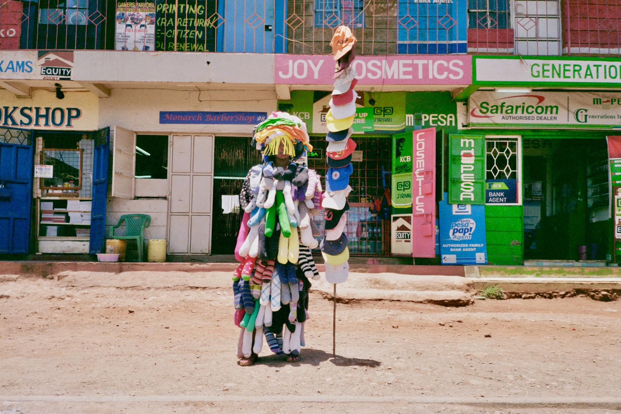 Lisa Konno & Teddy Cherim reisden naar Kenia om te achterhalen wat er gebeurt met kledingstukken die in kledingcontainers worden gegooid., RV