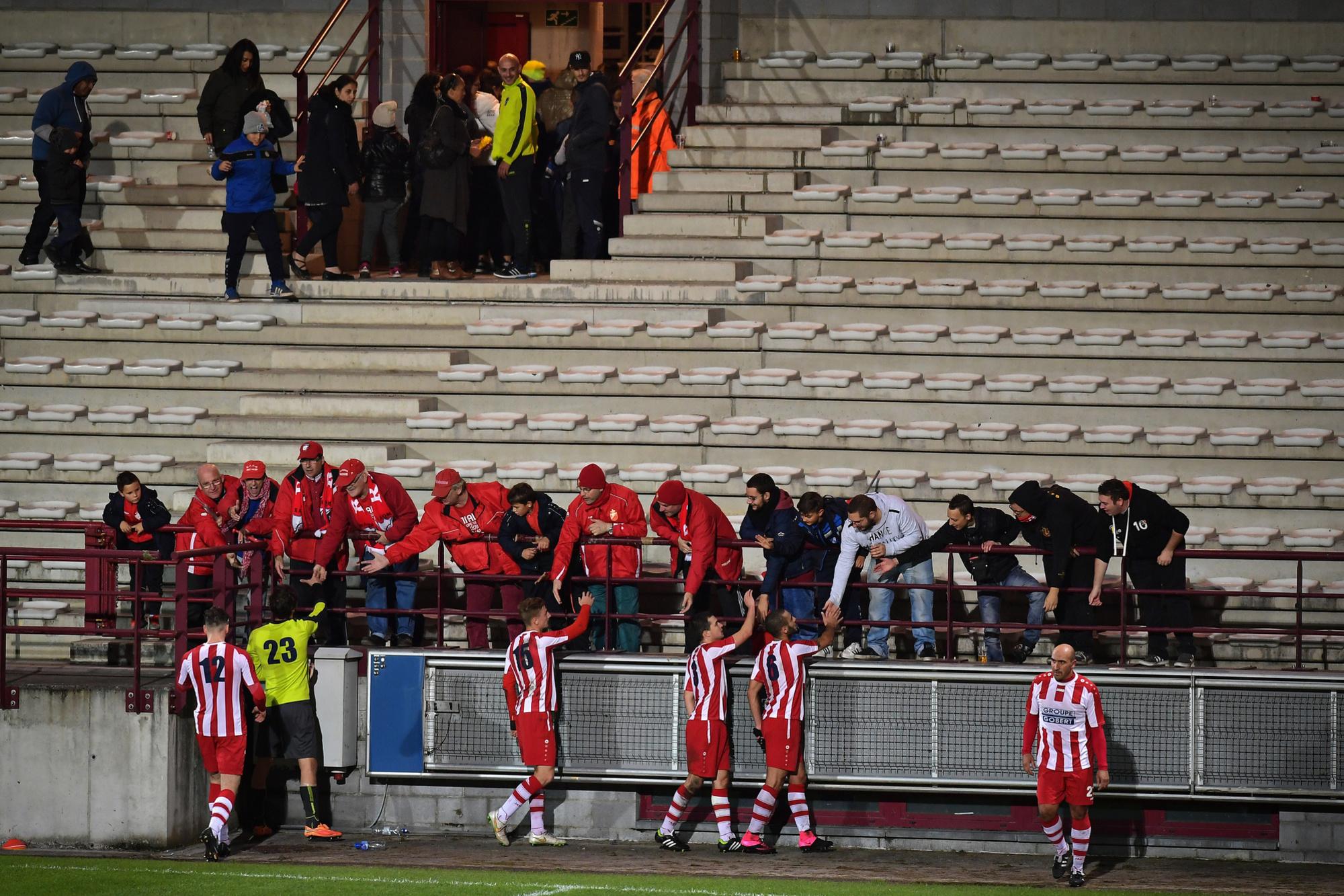 Quelques irréductibles n'ont pas quitté les tribunes du Tondreau, malgré la morosité sportive., belga
