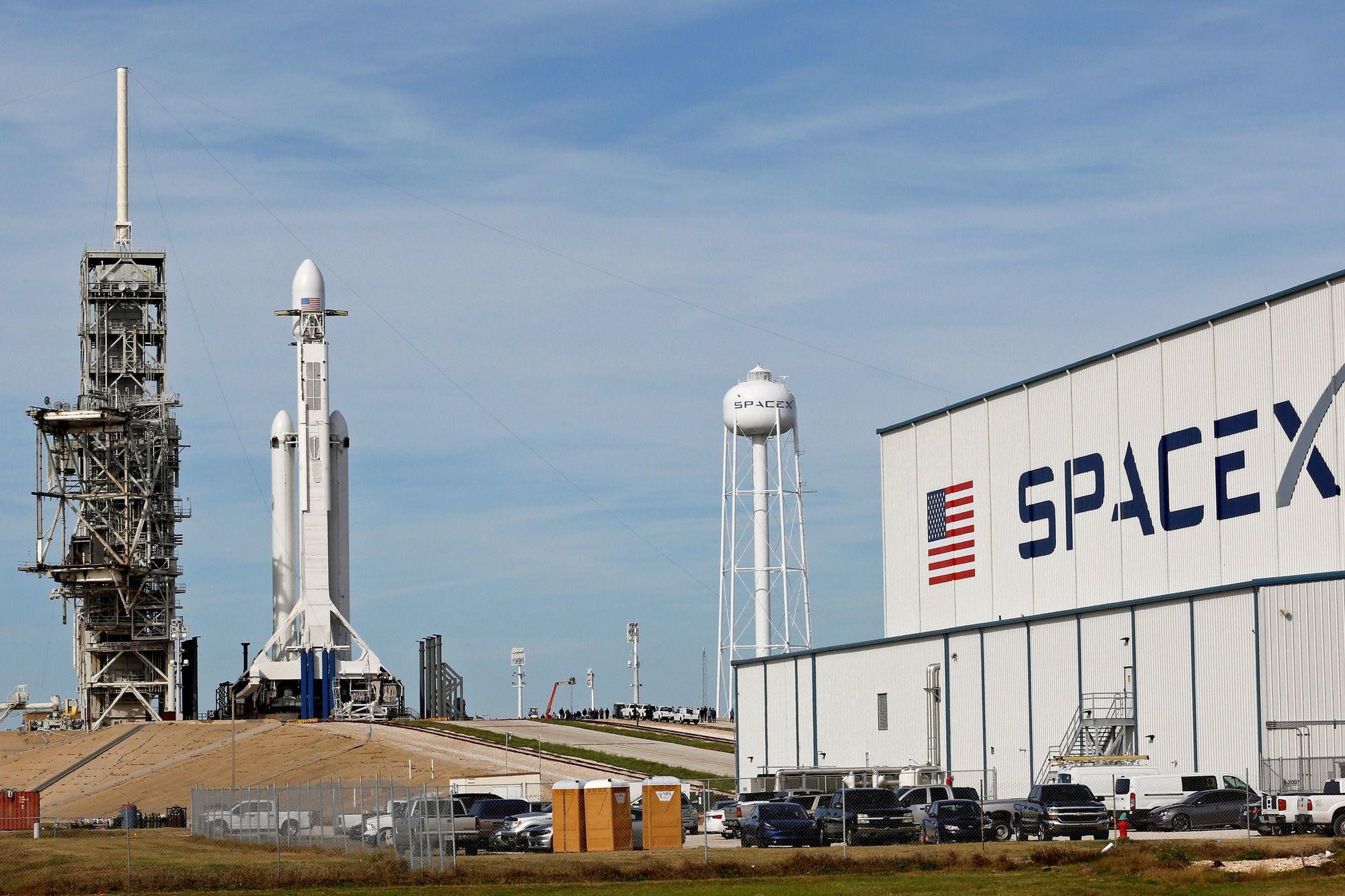 De SpaceX Falcon Heavy staat klaar op het historische 39A-lanceringsplatform aan het Kennedy Space Center in Cape Canaveral, REUTERS