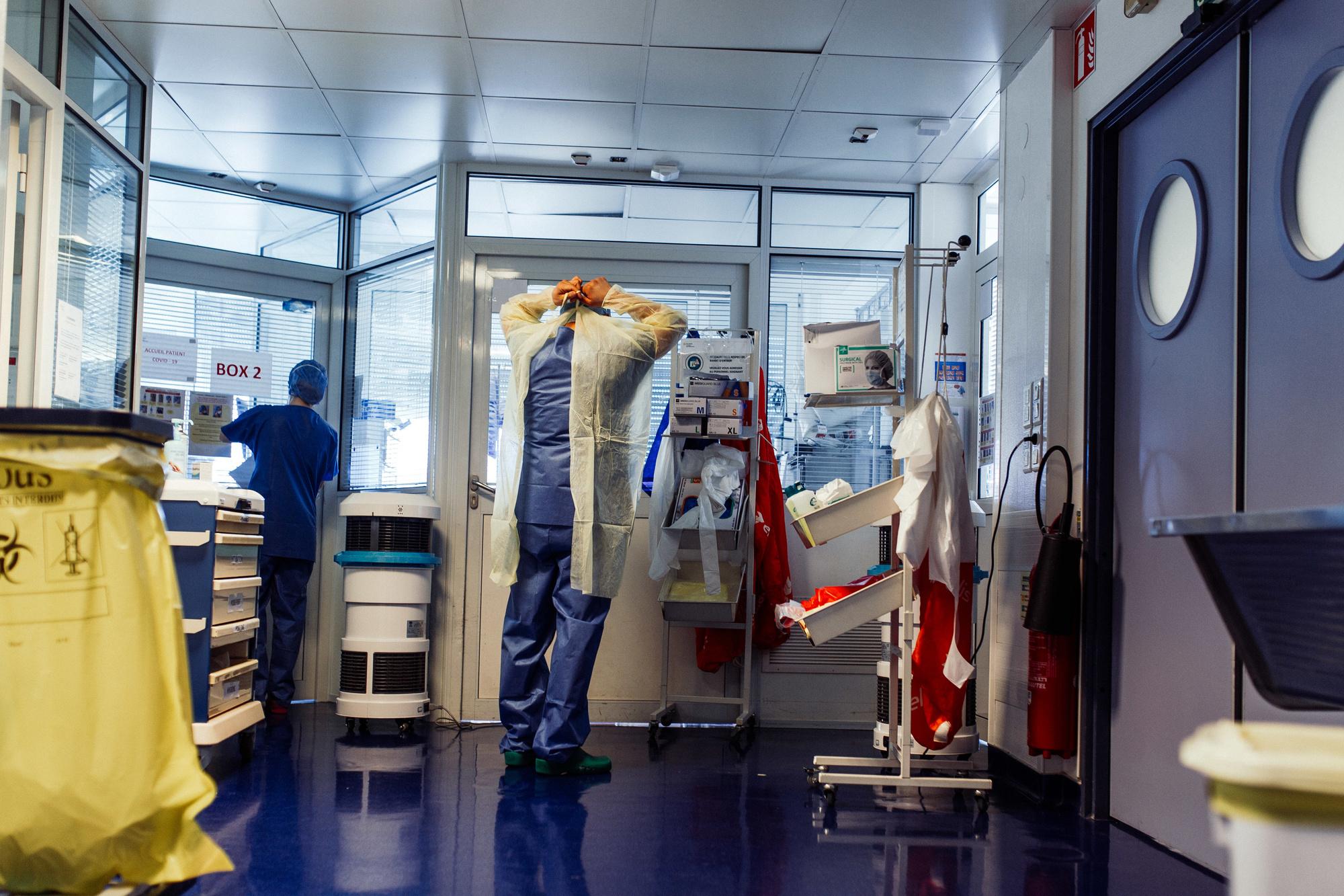 Arts maakt zich klaar in de ICU van de Clinique de l'Orangerie in Straatsburg., belga