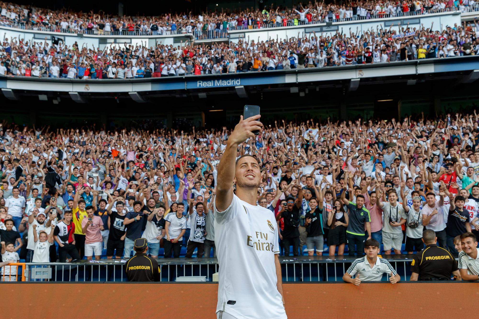 Eden Hazard bij zijn voorstelling bij Real Madrid, een jaar geleden., GETTY