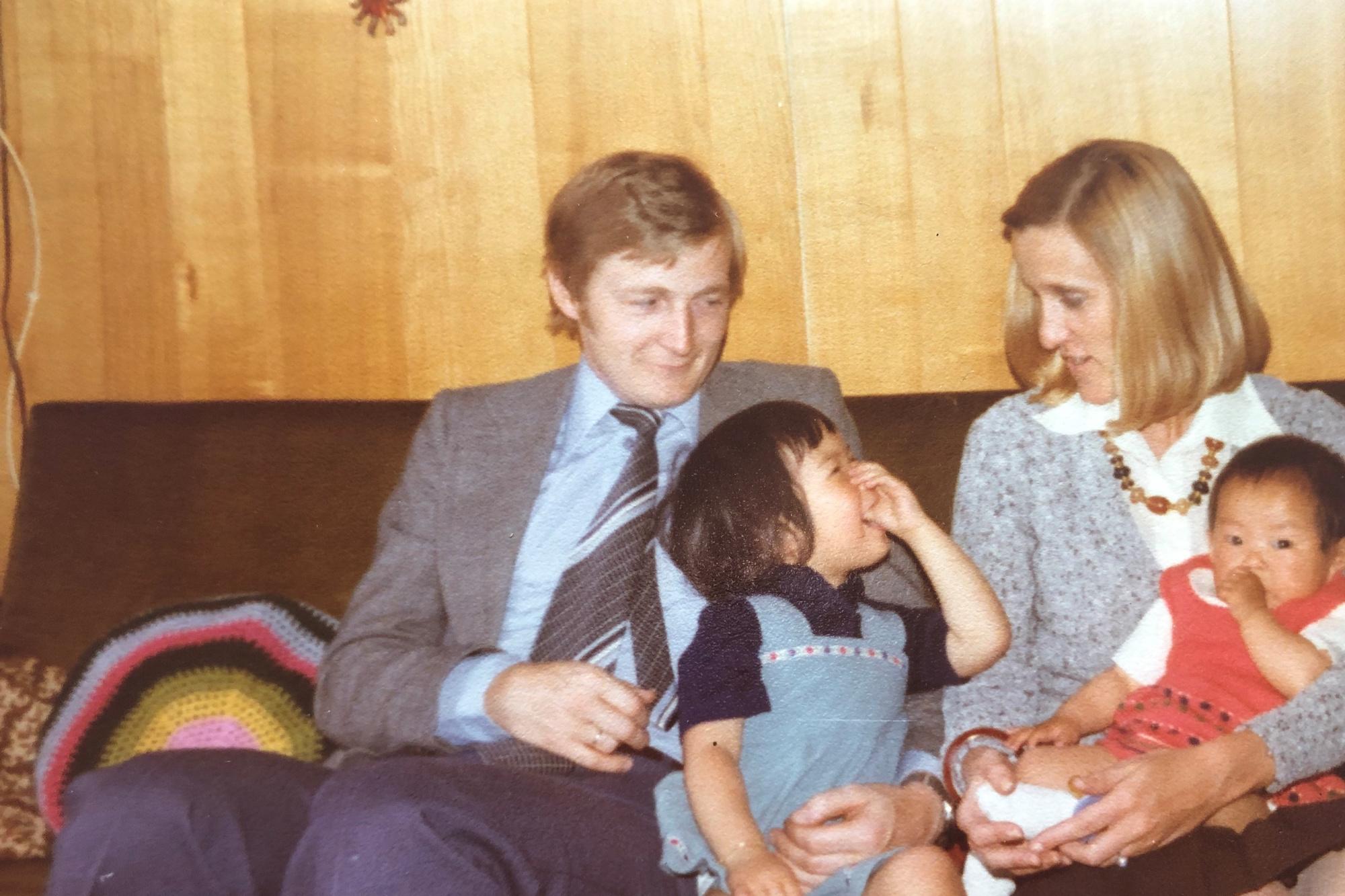 Tante Rita, haar man Marc, nichtjes Vanessa en Yung, GF