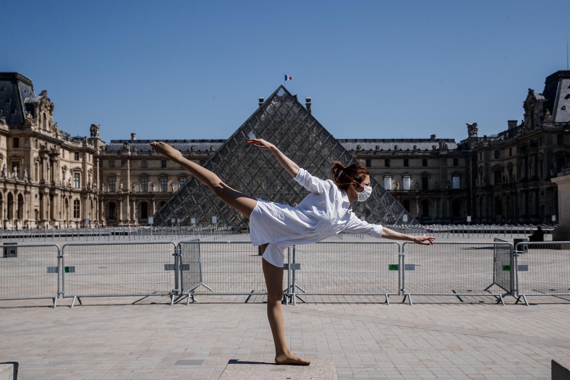 Yara al-Hasbani devant le Louvre, belga