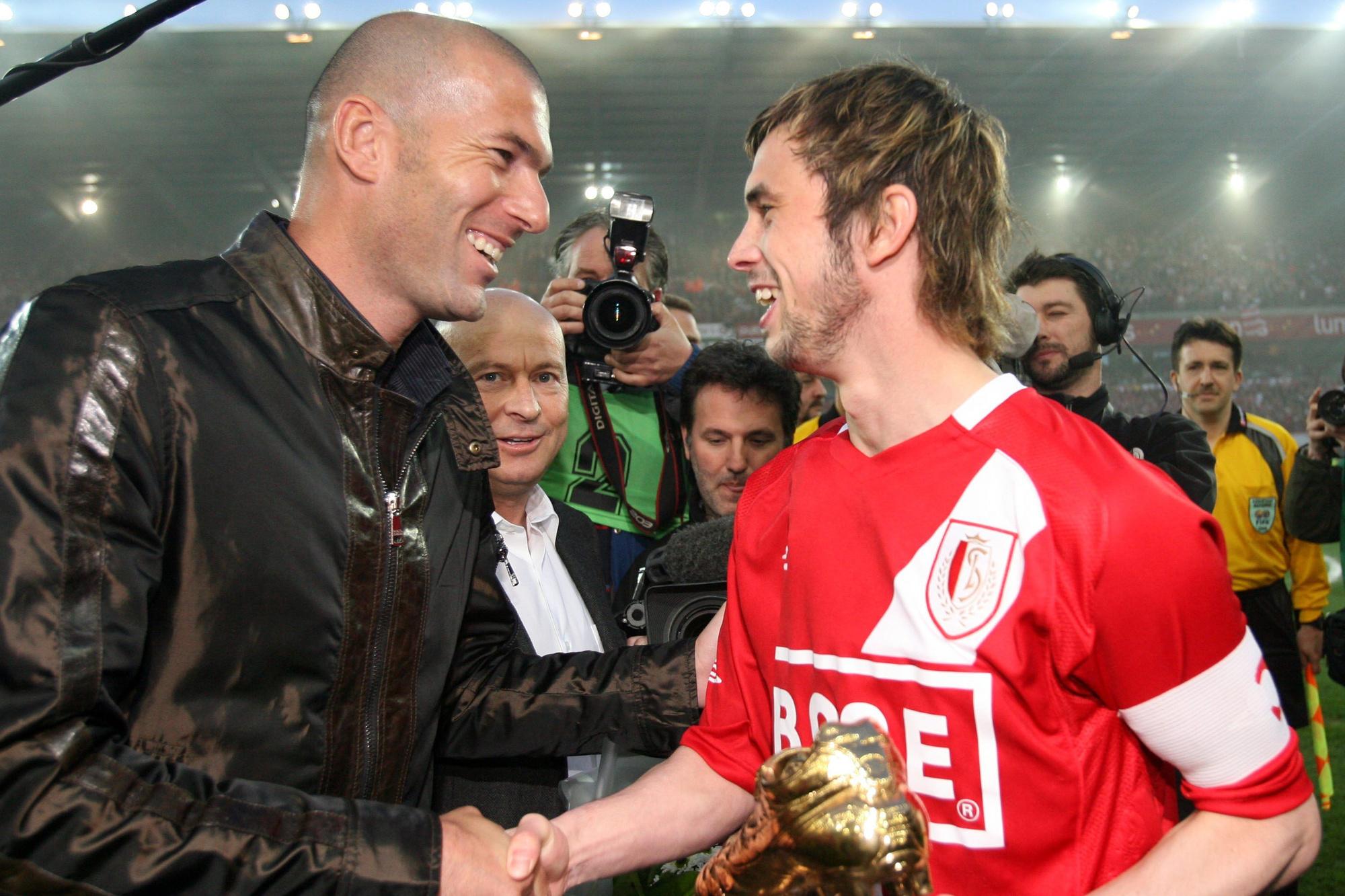 Zinédine Zidane remet le Soulier d'Or à Steven Defour. Lucien d'Onofrio (à l'arrière) savait faire jouer ses relations., belga