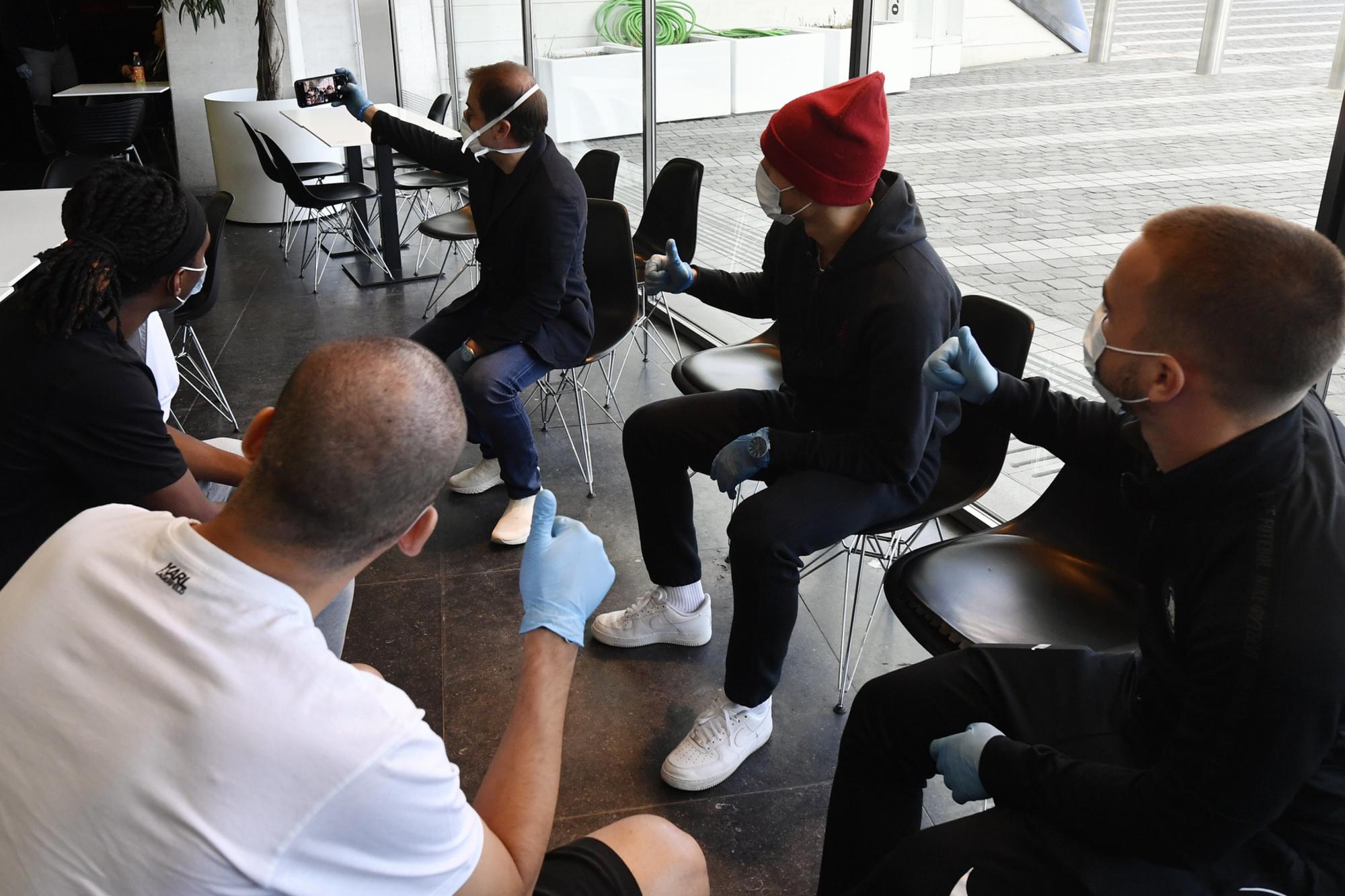 Mogi Bayat dégaine la machine à selfies pour immortaliser l'action des Souliers du coeur à Liège., BELGA / Eric Lalmand