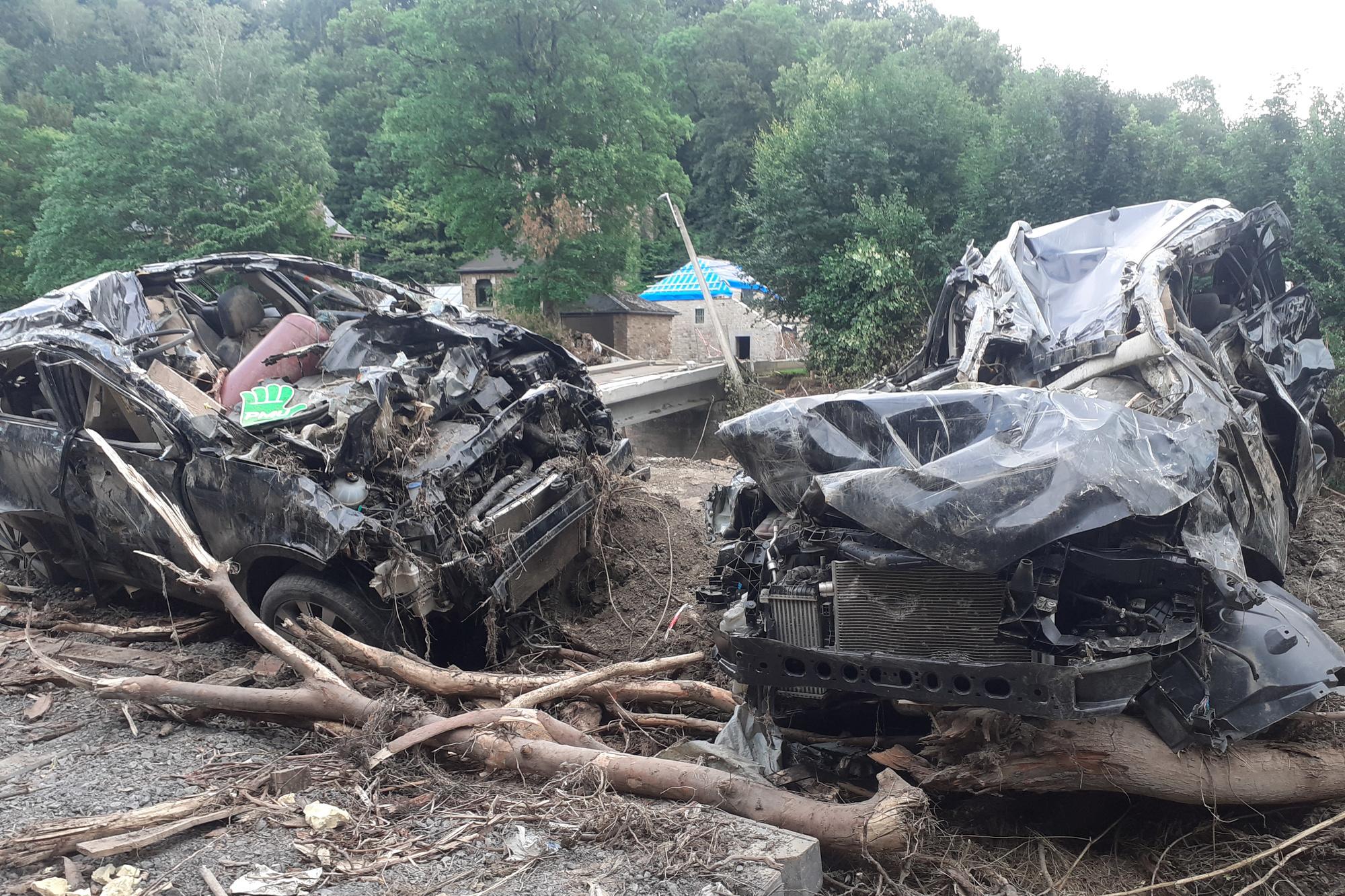 Forêt-Trooz, le long de la Vesdre: carcasses de voitures fracassées par la violence des eaux!, DSS