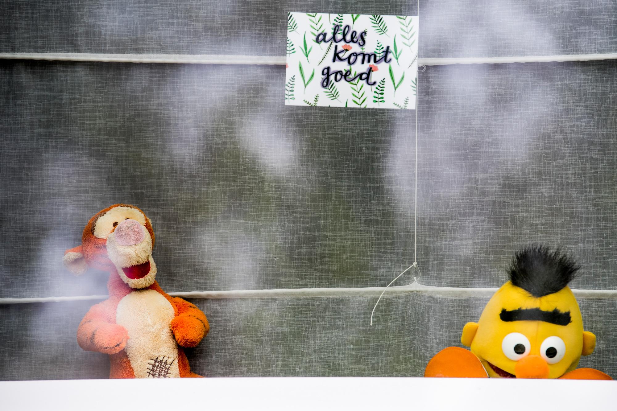 """À Malines, on peut lire """"Alles komt goed"""" (trad. """"Tout ira bien"""") à la fenêtre d'une habitation qui se prête au jeu de la chasse aux ours en peluche., belga"""