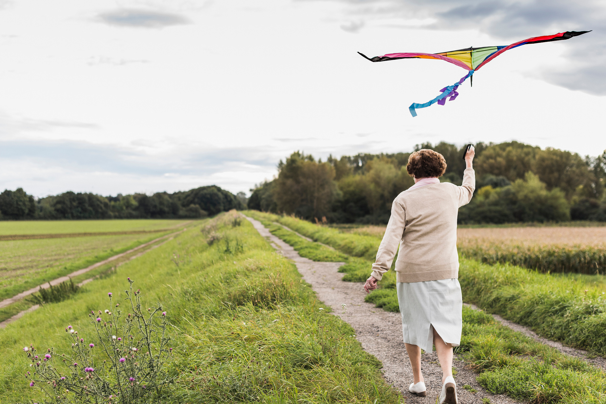Bejaarde vrouw laat een vlieger op., Getty Images/iStock
