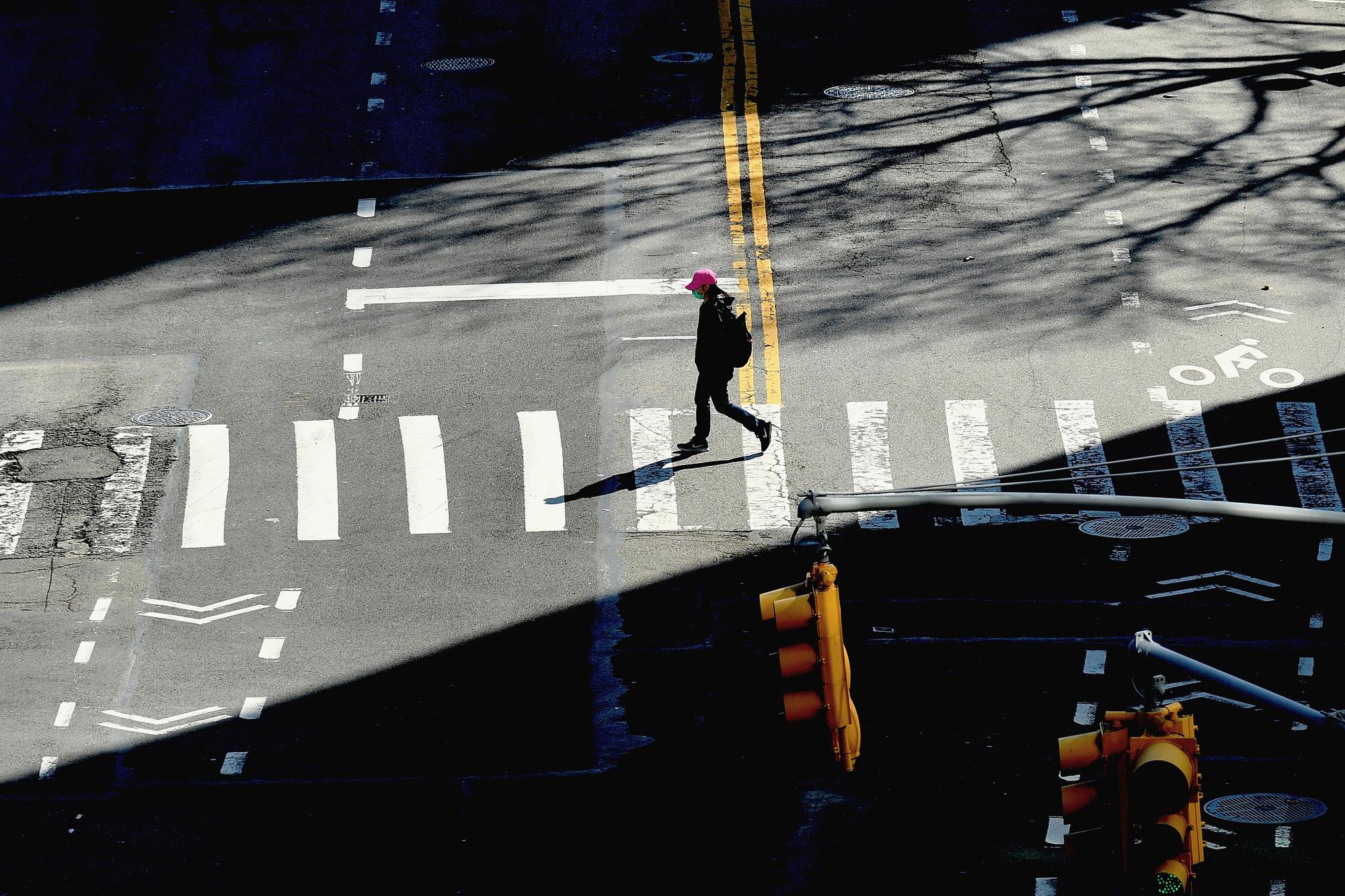 Une personne traversant la rue à New York., belga