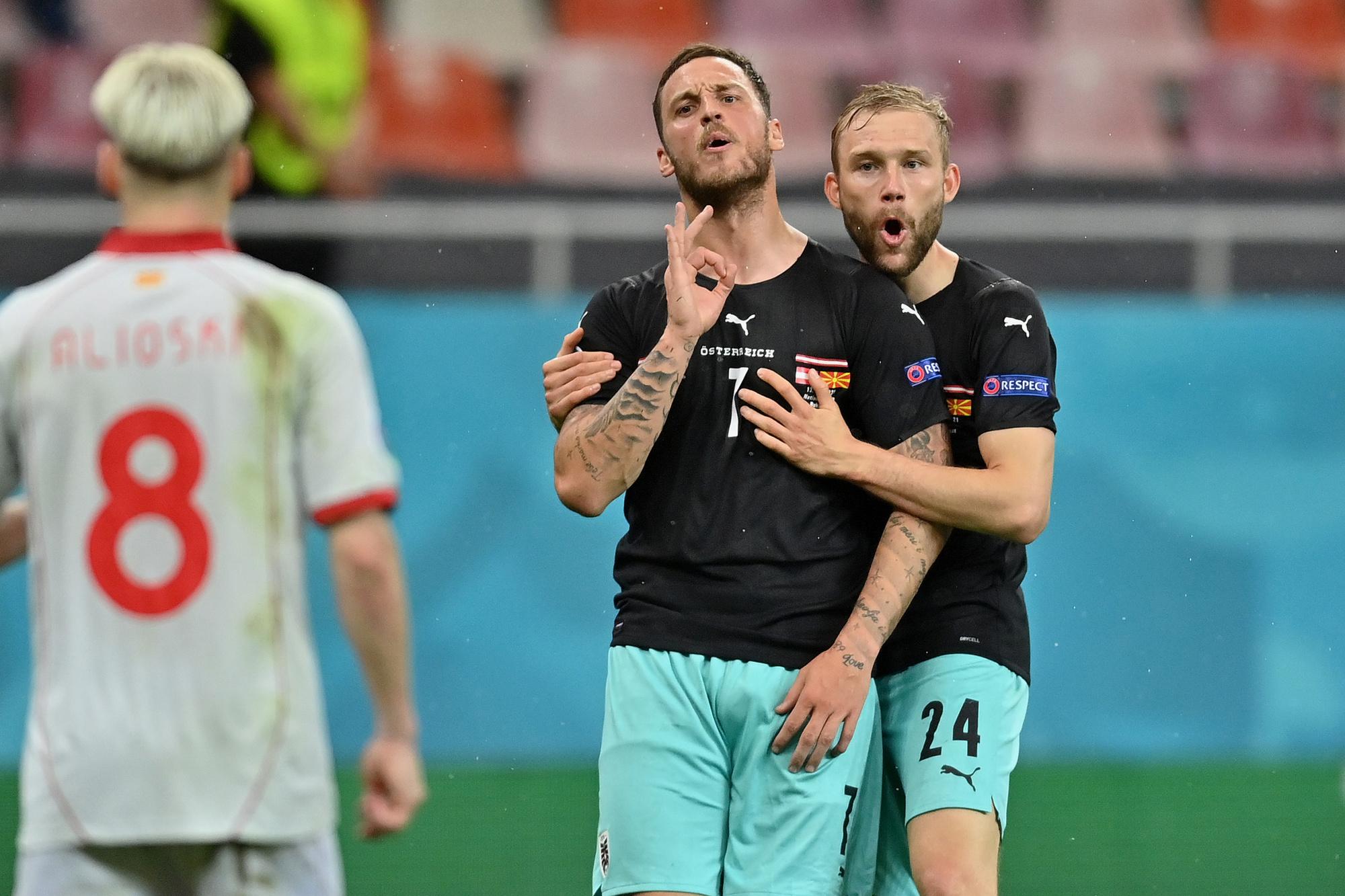 Arnautovic zocht en vond Alioski waarna hij het beruchte gebaar deed., GETTY
