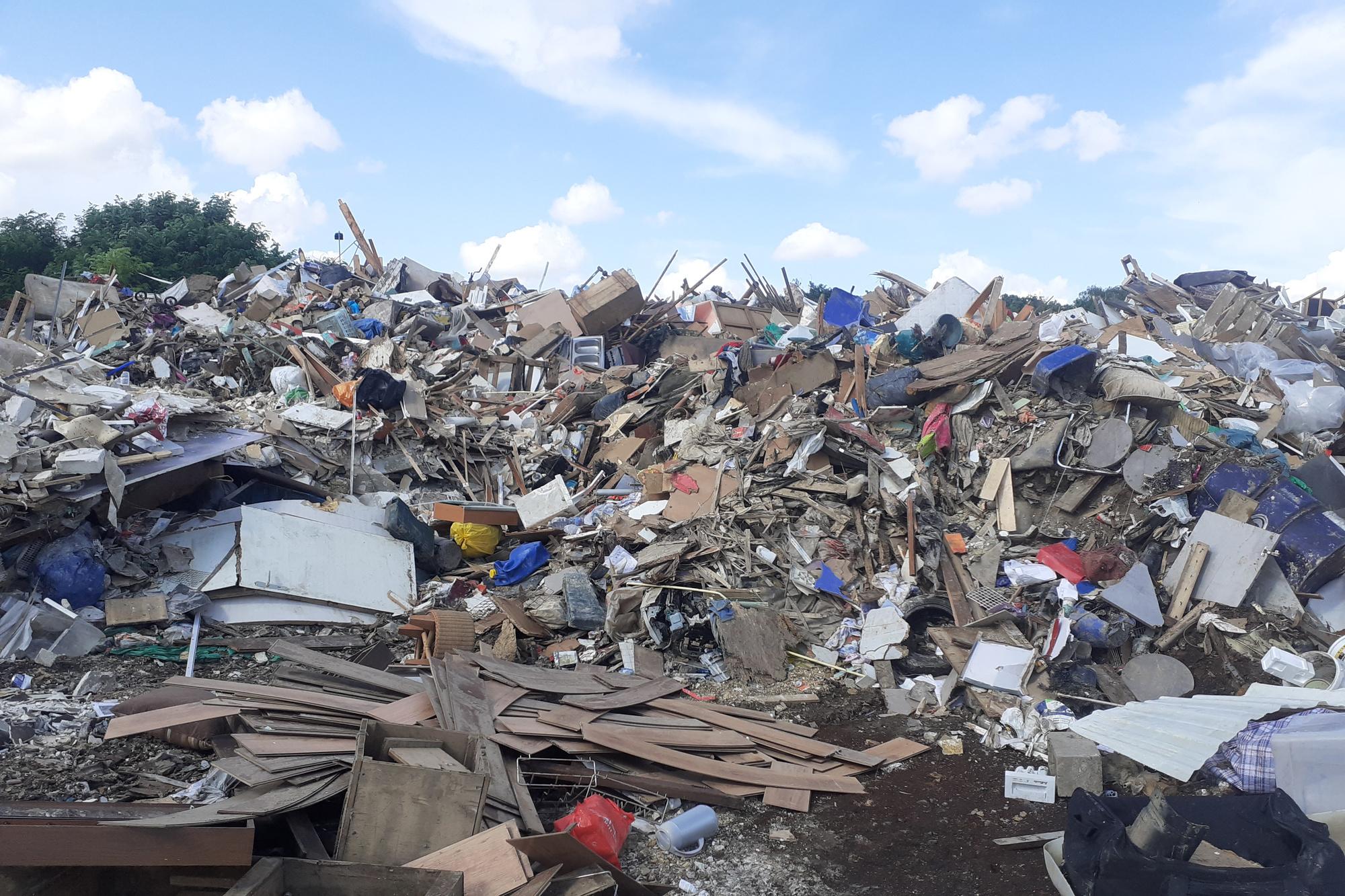 Angleur (non loin de son centre habité), le long de l'Ourthe, aux portes de Liège, à proximité de la bretelle d'autoroute vers les Ardennes : une immense décharge d'ordures, de gravats et de détritus, de poubelles et de déchets en tous genres, d'appareils électro-ménagers broyés et de meubles fracassés, où pullulent rats et charognes. C'est là l'une des pires et plus graves conséquences, avec le danger d'épidémies et de maladies, de ces terribles inondations !, DSS