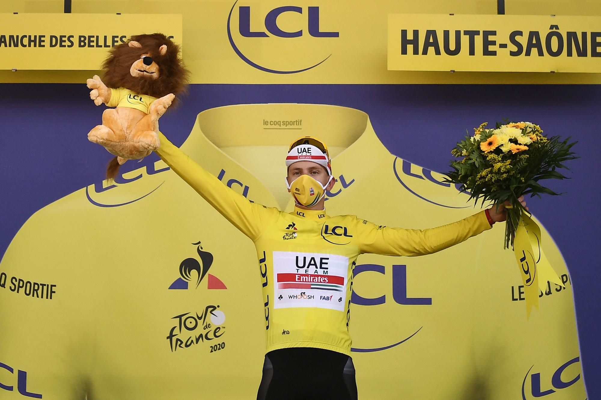 Tadej Pogacar gaat met drie truien naar huis: de gele, de bollen en de witte., Belga Image