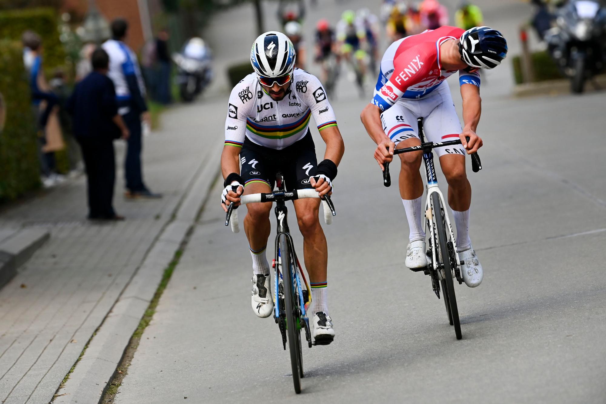 Julian Alaphilippe opent de koers met Van der Poel in zijn wiel., Belga Image