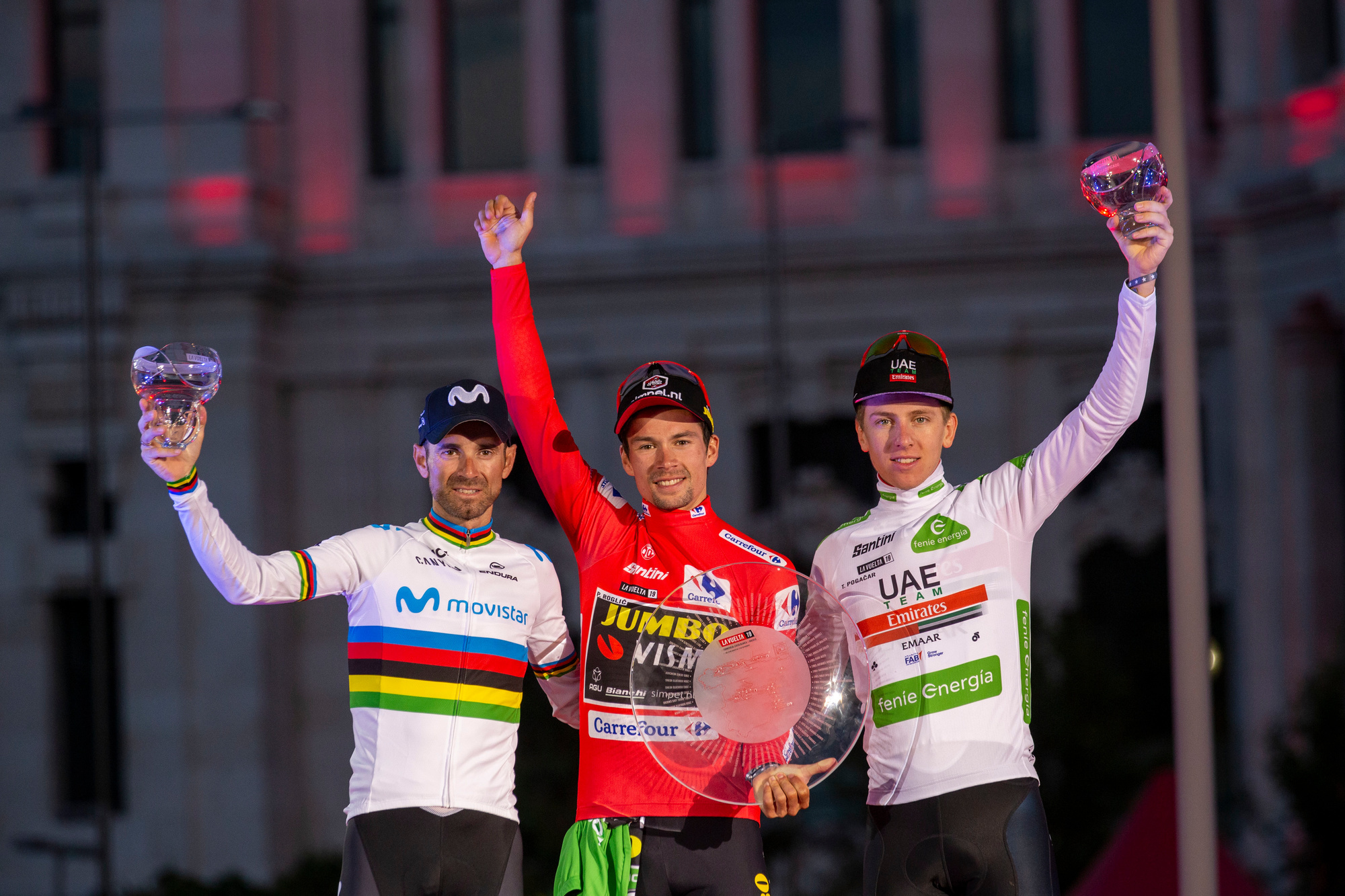 Het podium van de 74e Vuelta. Vlnr: Alejandro Valverde (zilver), Primoz Roglic (goud), Tadej Pogacar (brons)., Belga