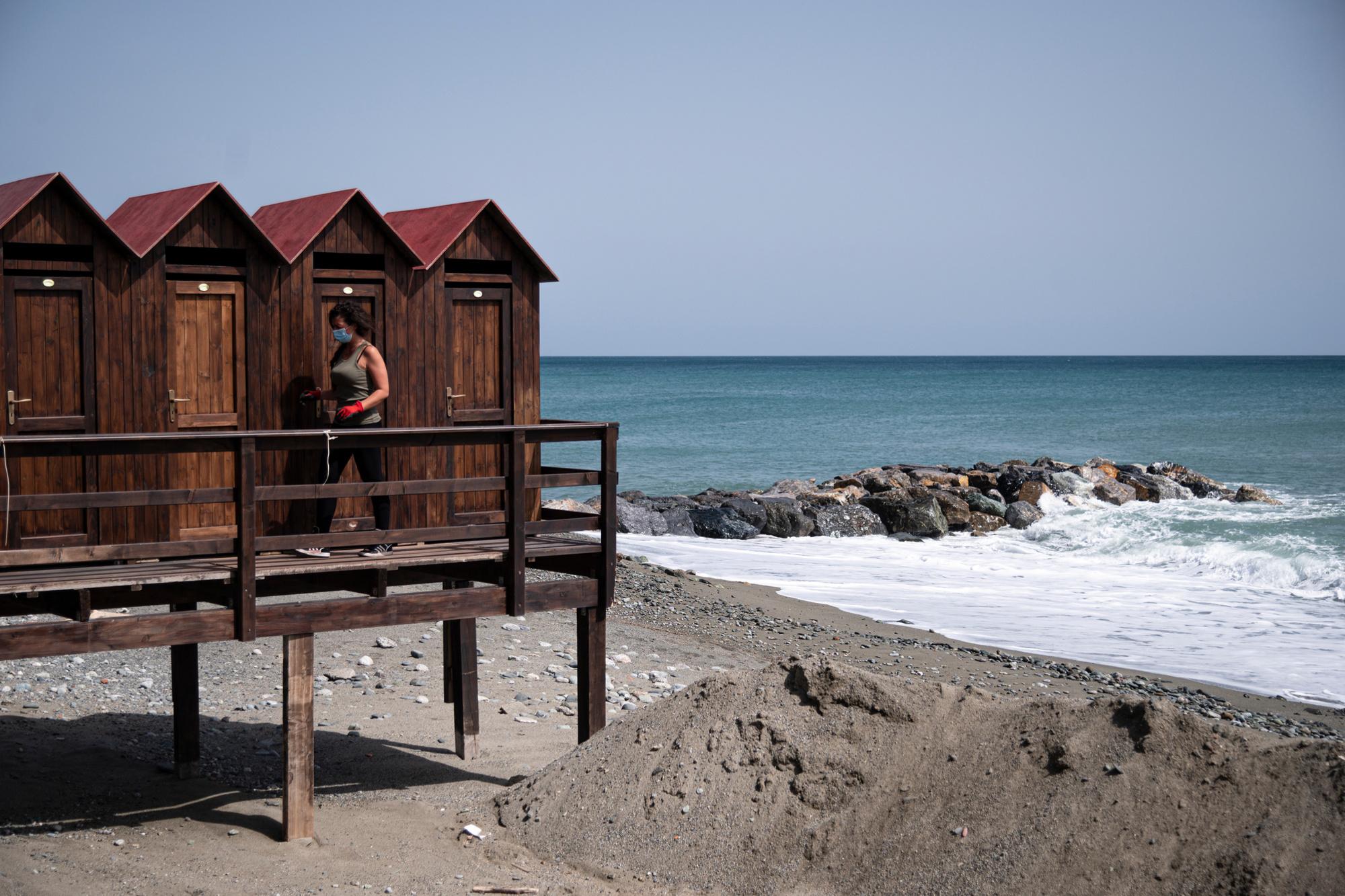 La propriétaire d'une plage prépare les cabines et les zones des clients pour la prochaine saison estivale, belga