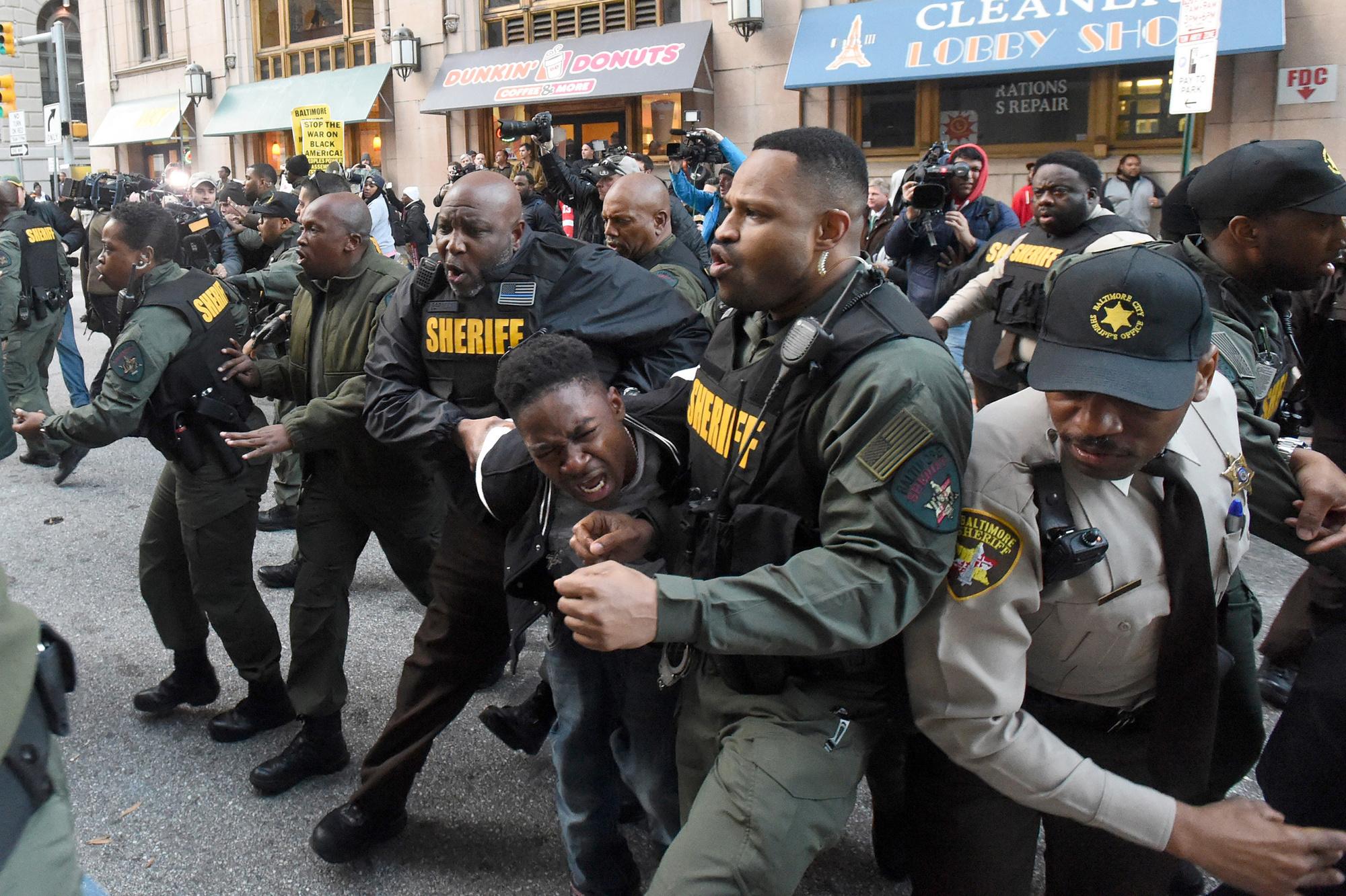 De politie nam de relschoppers hardhandig aan, GETTY