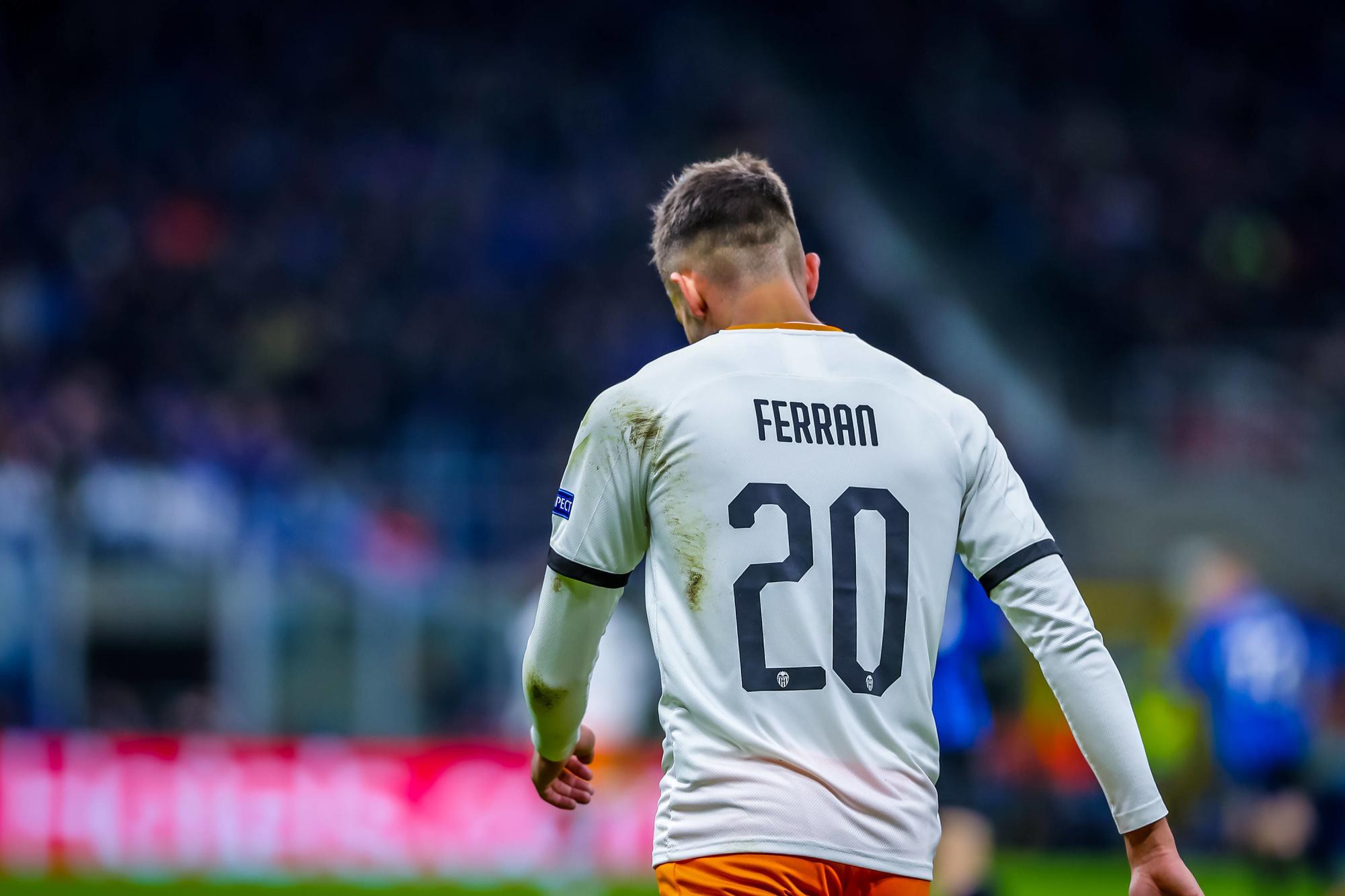Ferran Torres avec son maillot valencien, floqué de son prénom., IMAGO