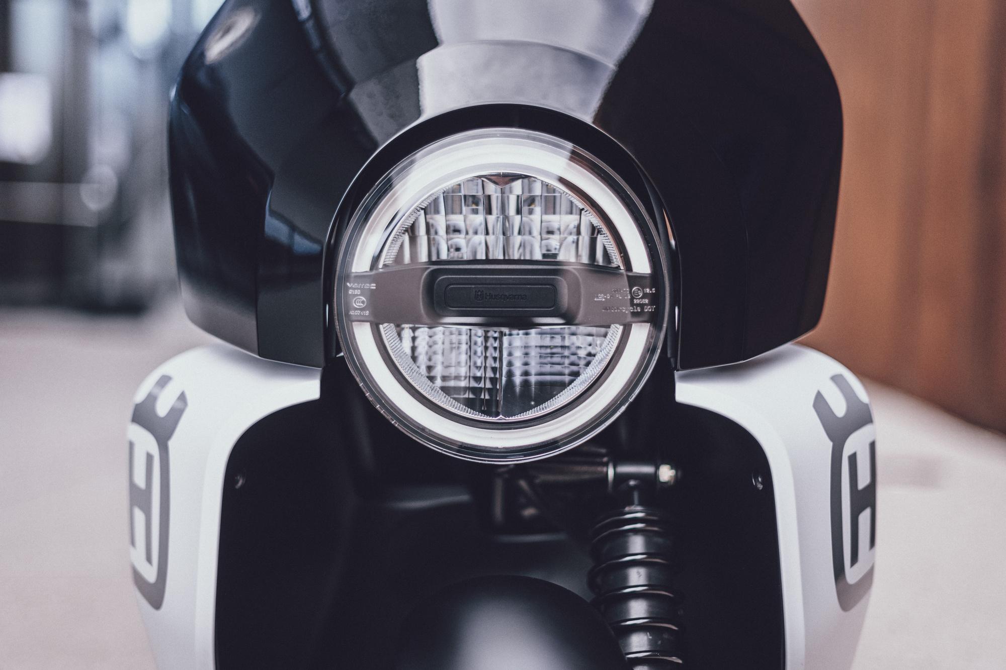 """Phare à diodes, écopes latérales qui élargissent le scooter, le design rappelle celui des """"grosses"""" motos de la marque., GF"""