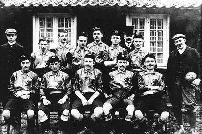 L'équipe belge en 1905 avant un match face aux Pays-Bas., Wikipédia