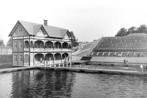 Het zwembad van de Spelen van 1920. Het water zag er zwart uit en voelde ijskoud aan., GETTY